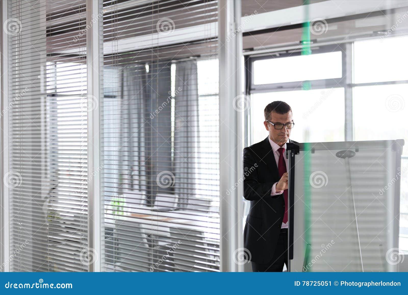 Mogen affärsmanhandstil på whiteboard i bräderum på kontoret