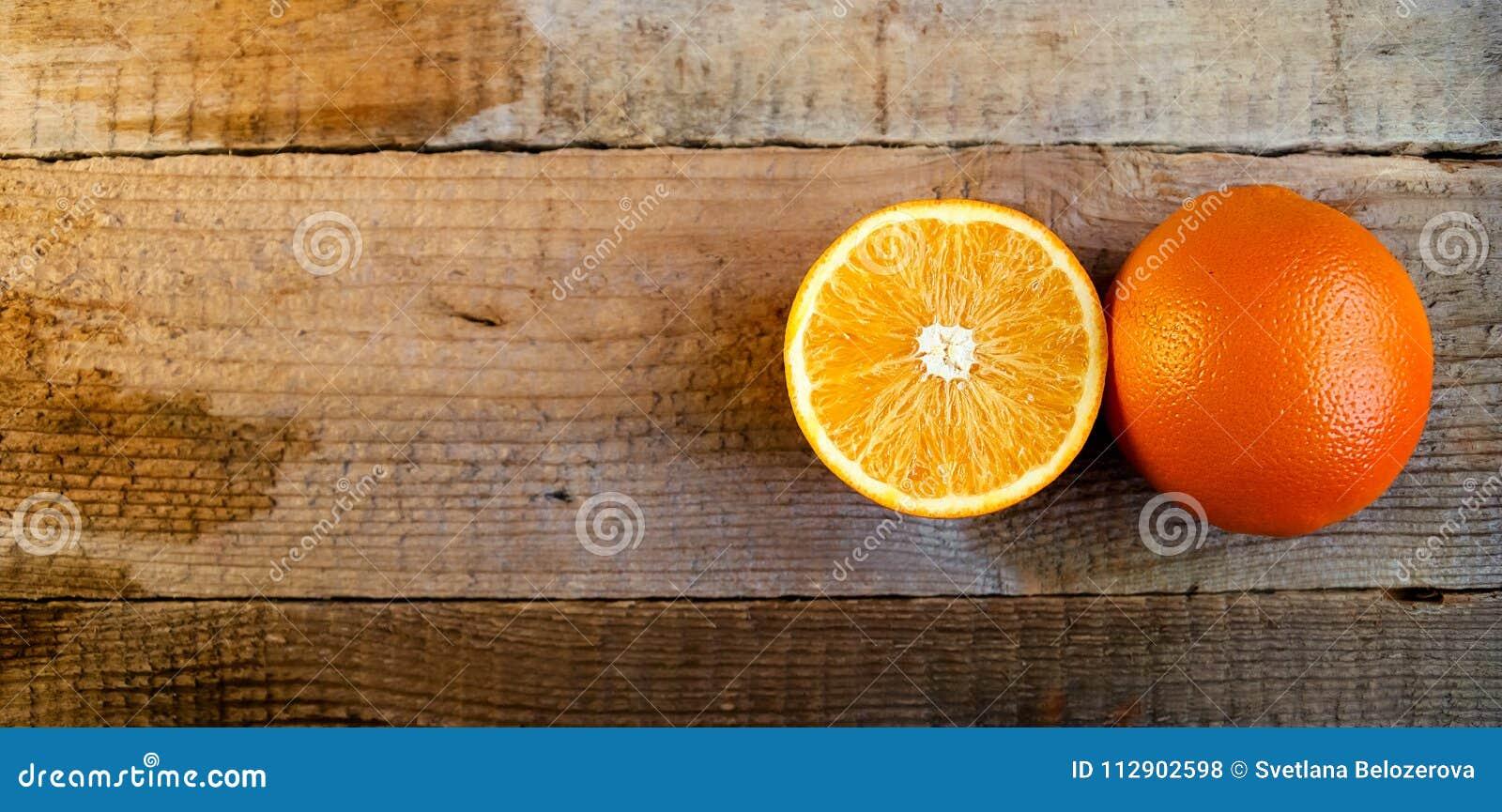Mogen apelsin på den gamla trätabellen