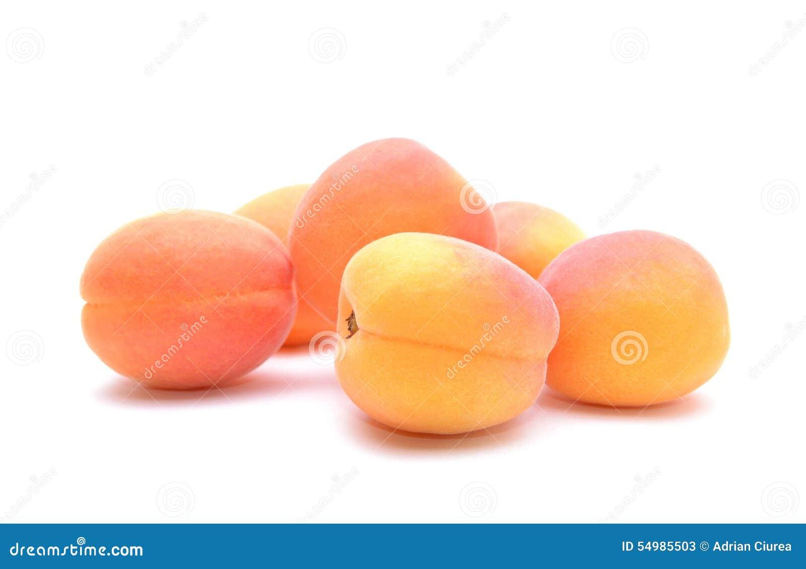Mogen aprikos på vit bakgrund