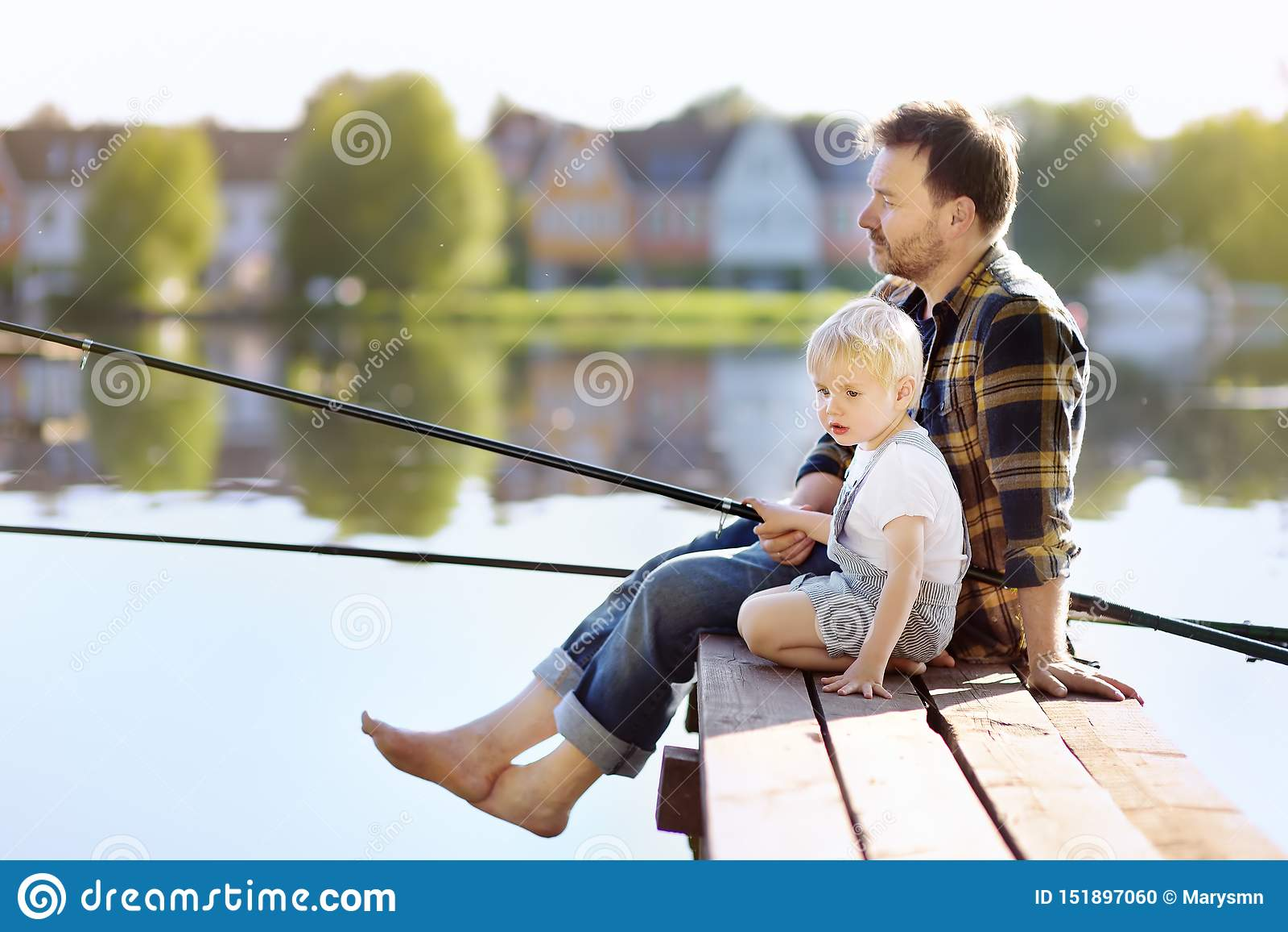 Mogen farsa och litet sonfiske på sjön eller floden i helg Det friasommaraktiviteter för familj med ungar