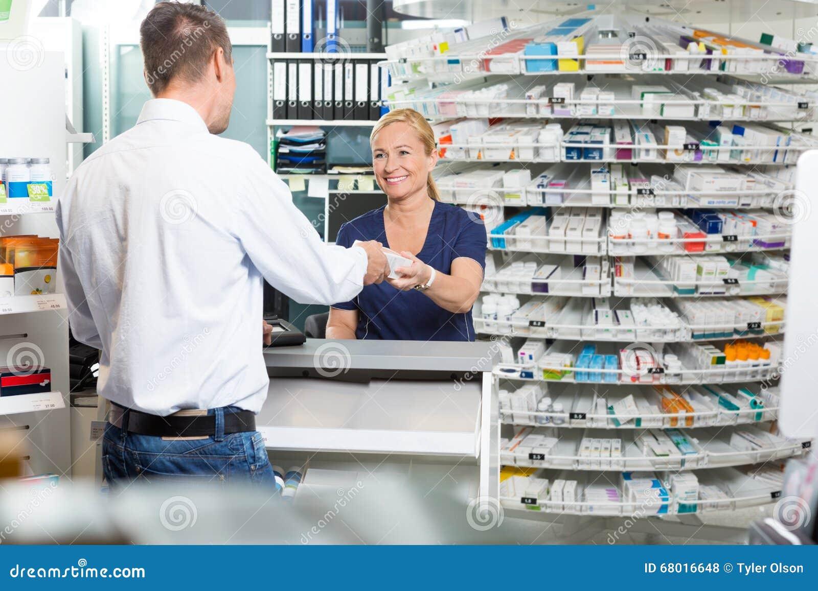 Mogen kemistGiving Product To kund i apotek