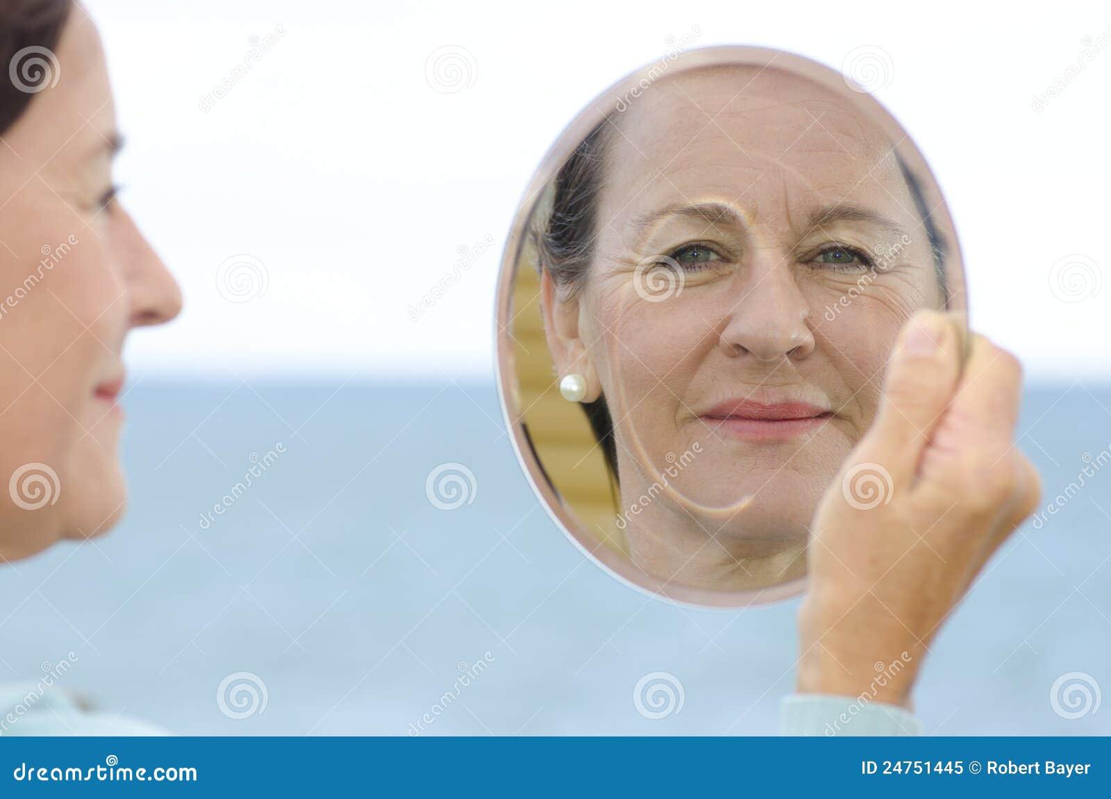 Mogen kvinna för stående i spegel