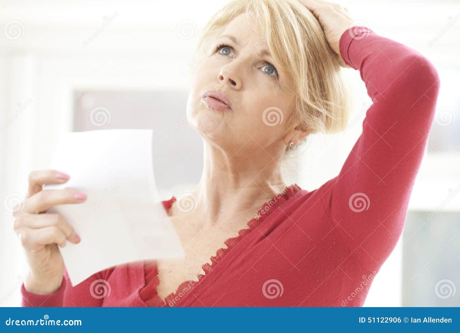 Mogen kvinna som erfar varm spolning från klimakterium