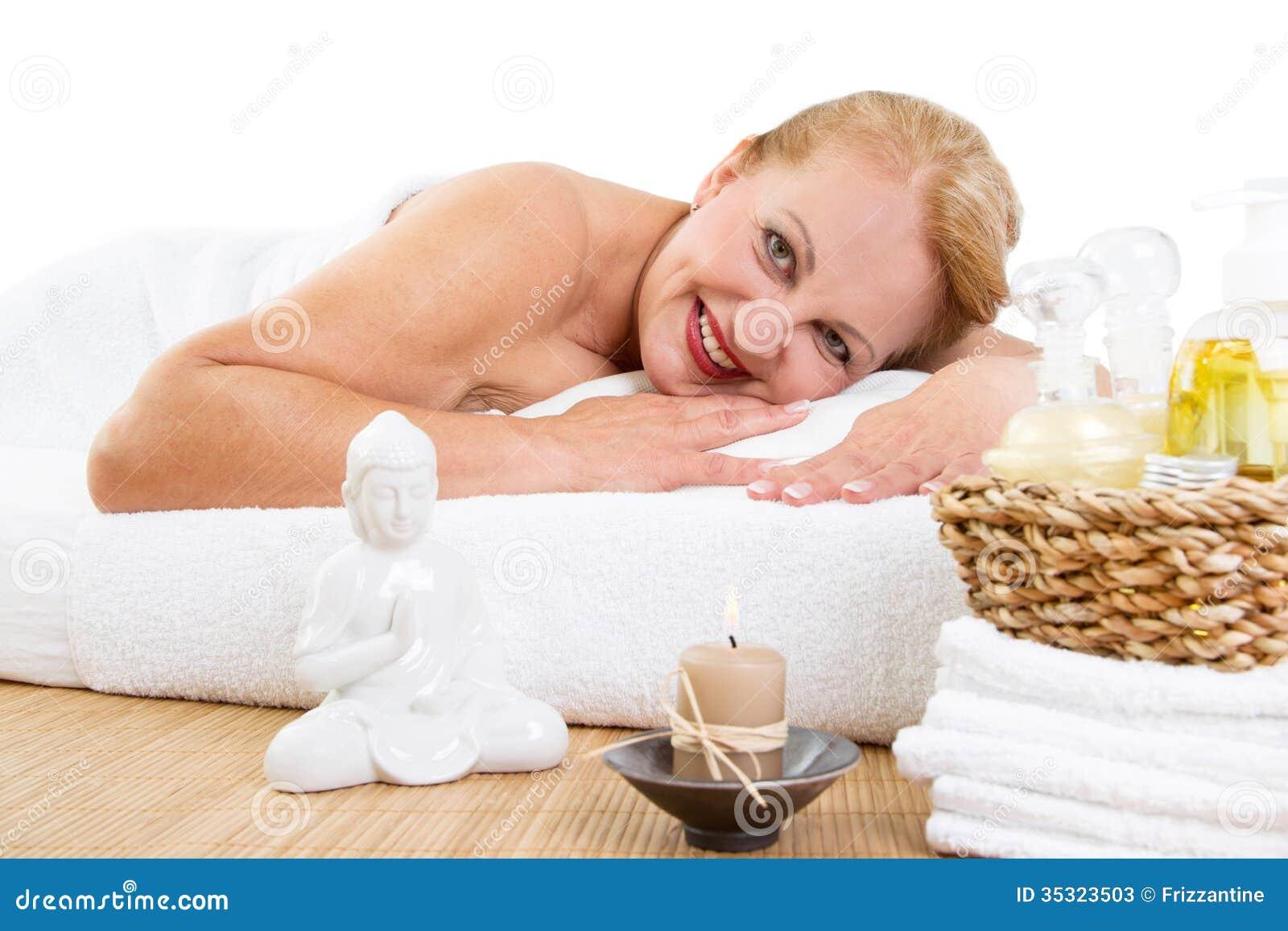 Mogen kvinna som kopplar av i massage