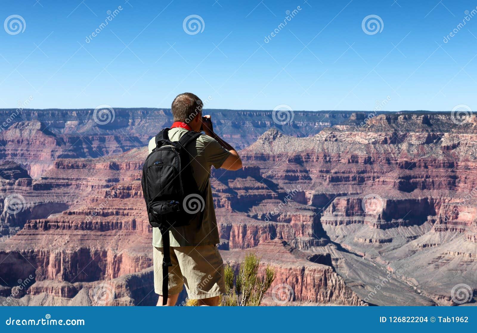 Mogen man som tar foto av Grand Canyon under sommarseaso