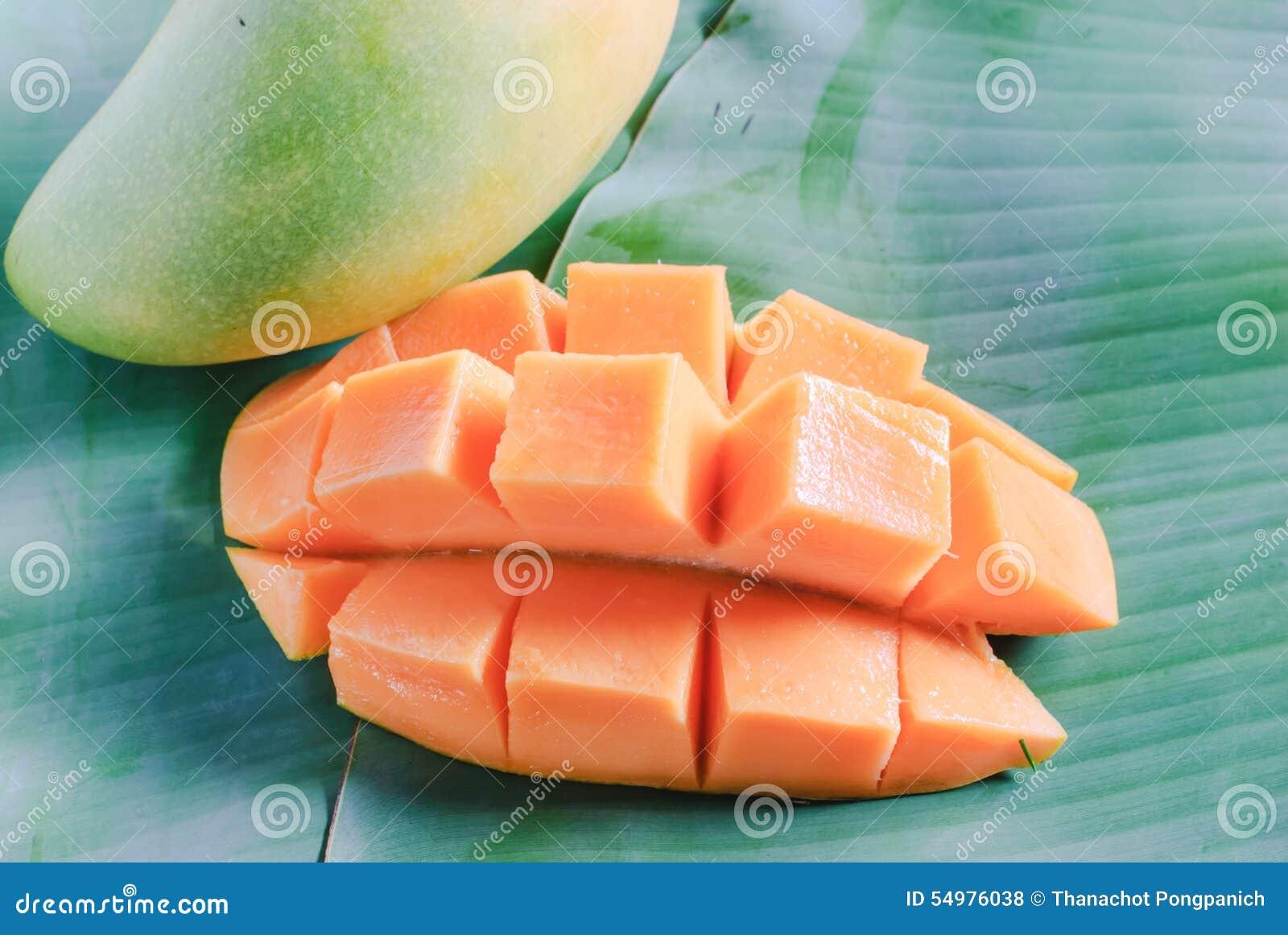 Mogen mango med skivor på banansidor