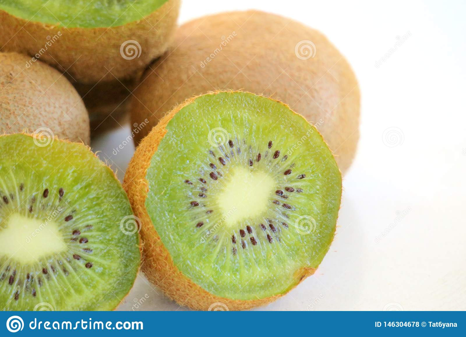 Mogen ny kiwi p? den vita bakgrundsn?rbilden
