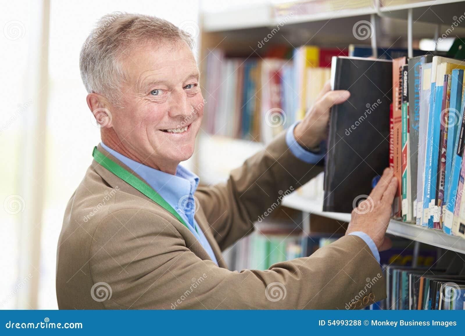 Mogen student Studying In Library för man