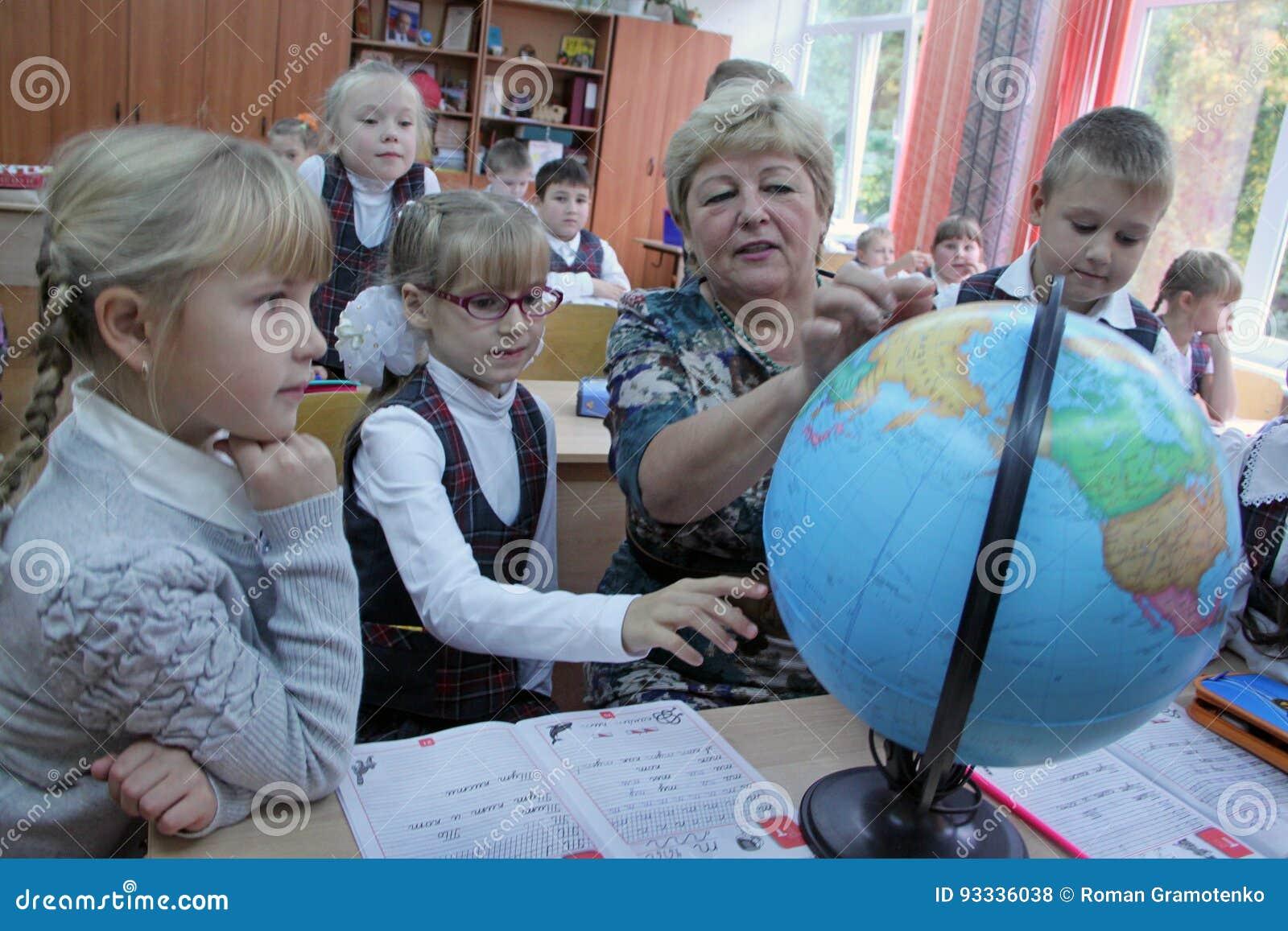 Moget lärarevisningjordklot till barn