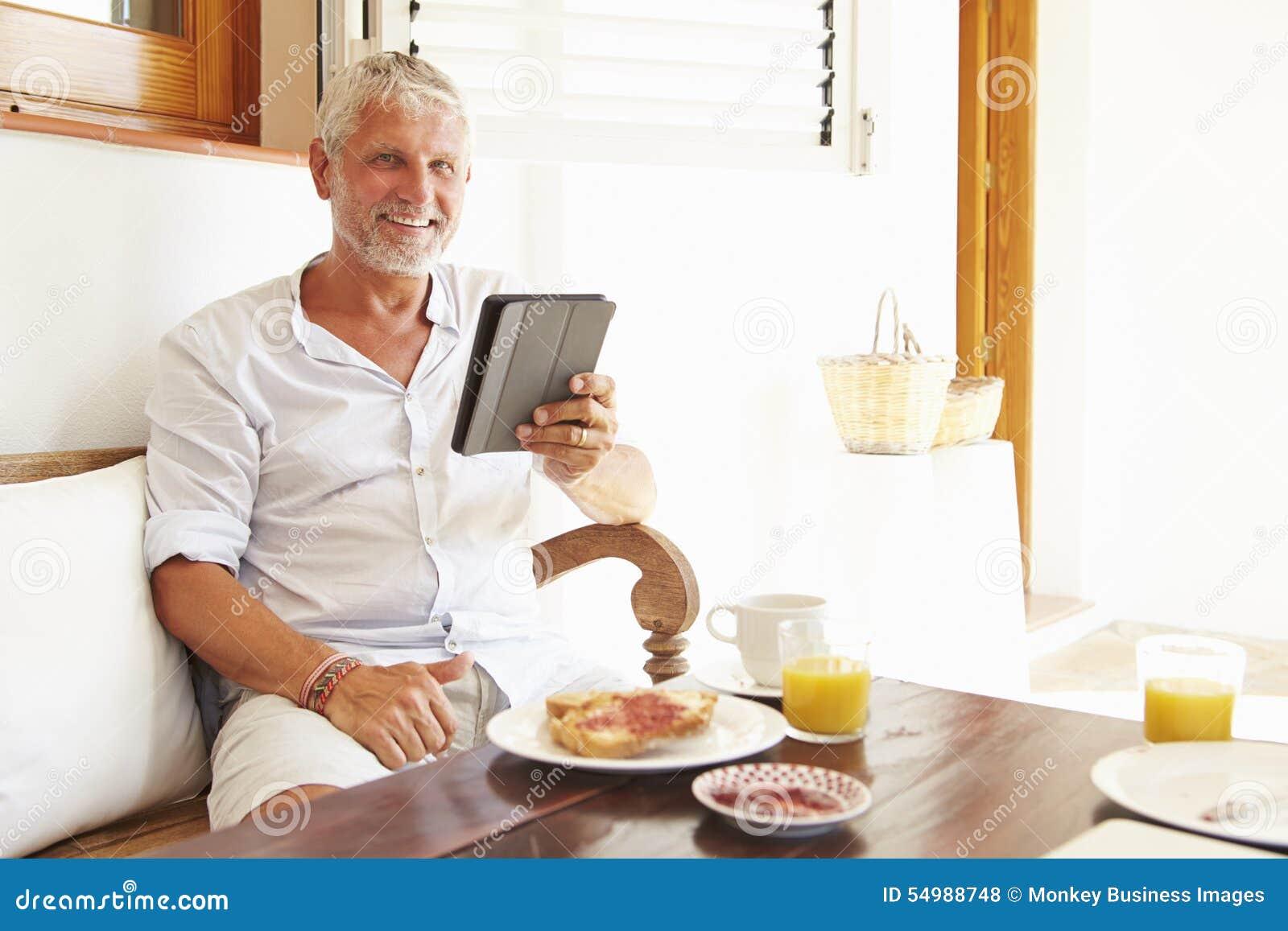 Moget mansammanträde på frukosttabellen genom att använda den Digital minnestavlan