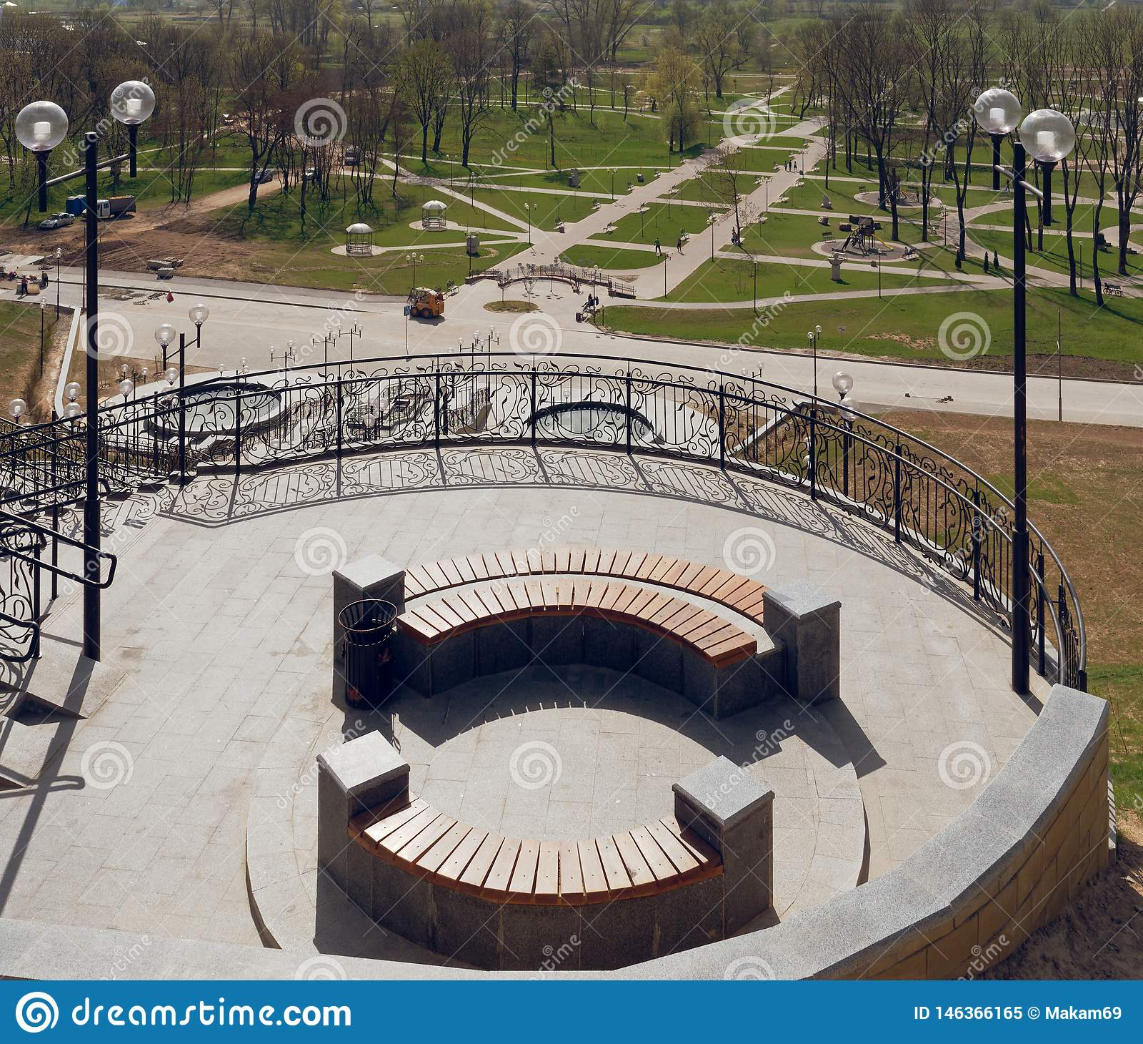 MOGILEV, ΛΕΥΚΟΡΩΣΙΑ - 27 ΑΠΡΙΛΊΟΥ 2019: περιοχή πάρκων με μια σκάλα και μια πηγή