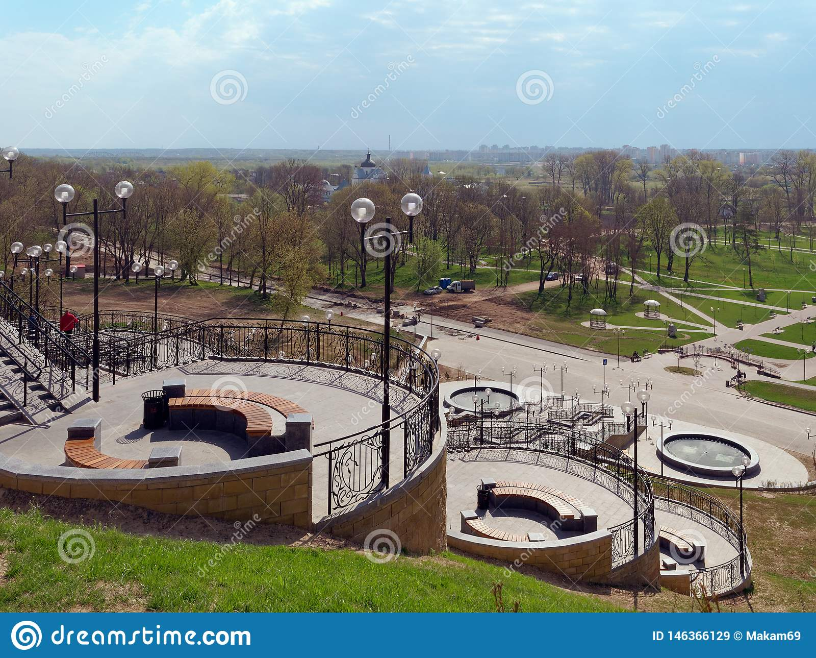 MOGILEV, BIELORR?SSIA - 27 DE ABRIL DE 2019: ?rea do parque com uma escadaria e uma fonte