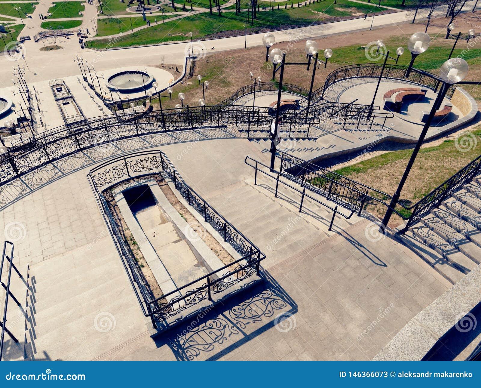 MOGILEV, BIELORRUSIA - 27 DE ABRIL DE 2019: ?rea del parque con una escalera y una fuente