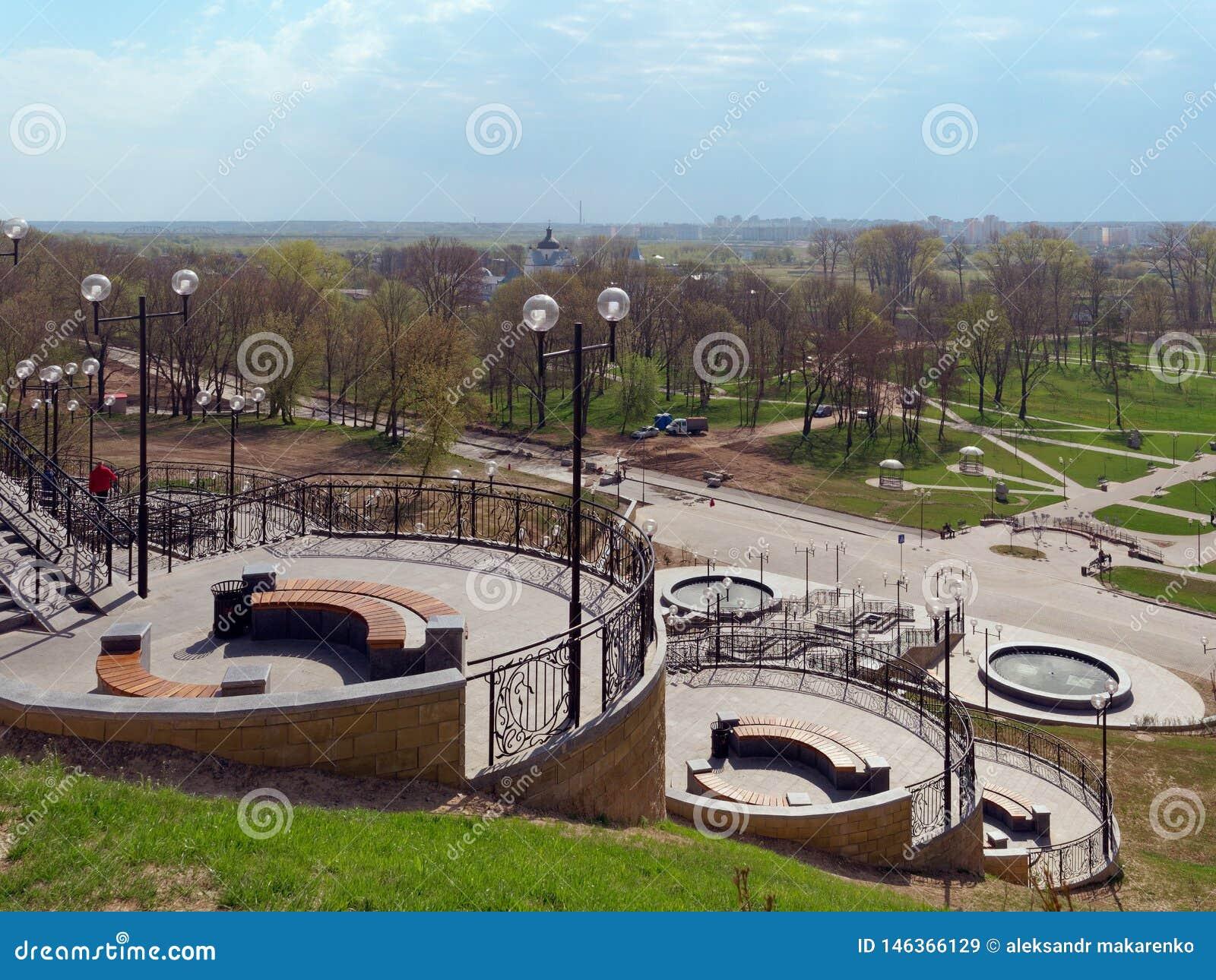 MOGILEV VITRYSSLAND - APRIL 27, 2019: parkera omr?de med en trappuppg?ng och en springbrunn