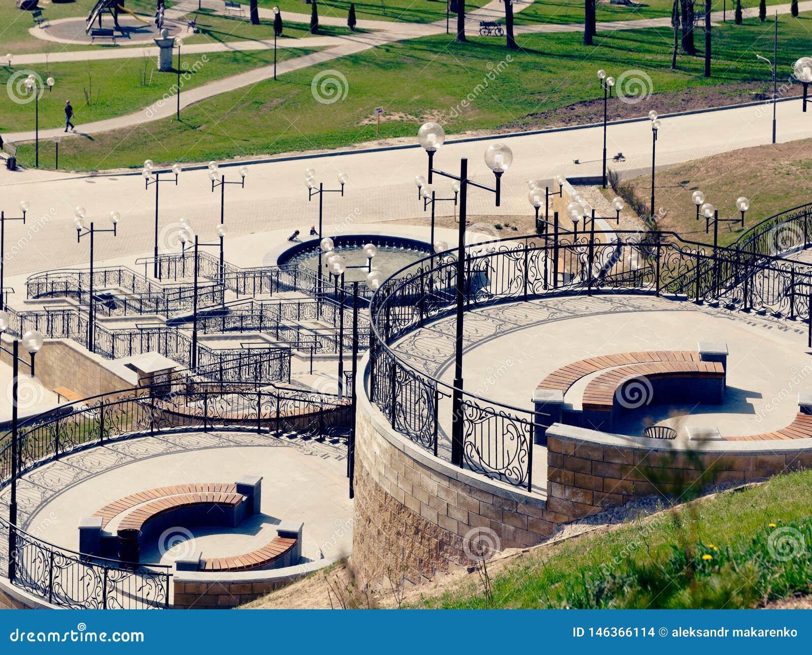 MOGILEV, WIT-RUSLAND - APRIL 27, 2019: parkgebied met een trap en een fontein