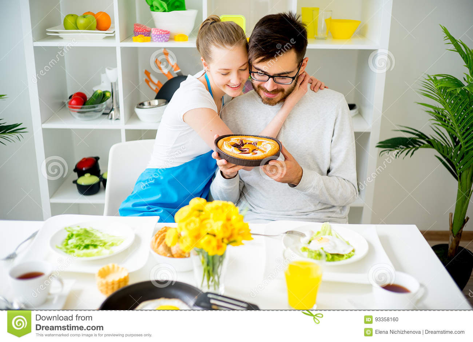 Pranzo Per Marito : Moglie che cucina per il marito fotografia stock immagine di