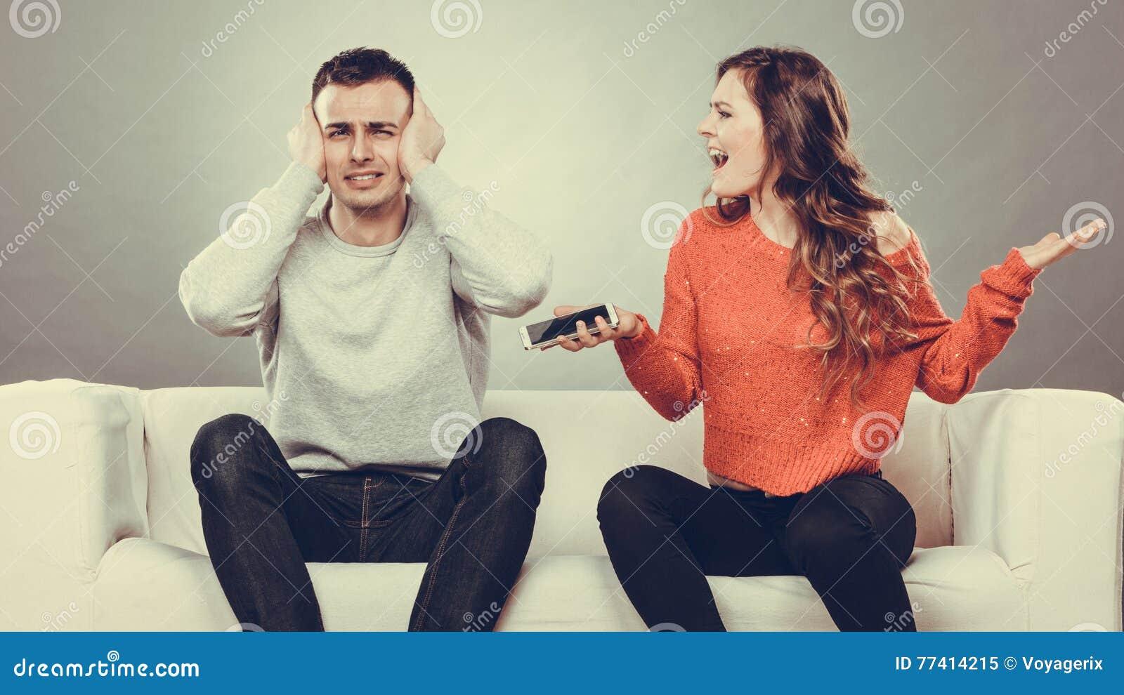 Moglie che grida al marito Uomo di frode betrayal