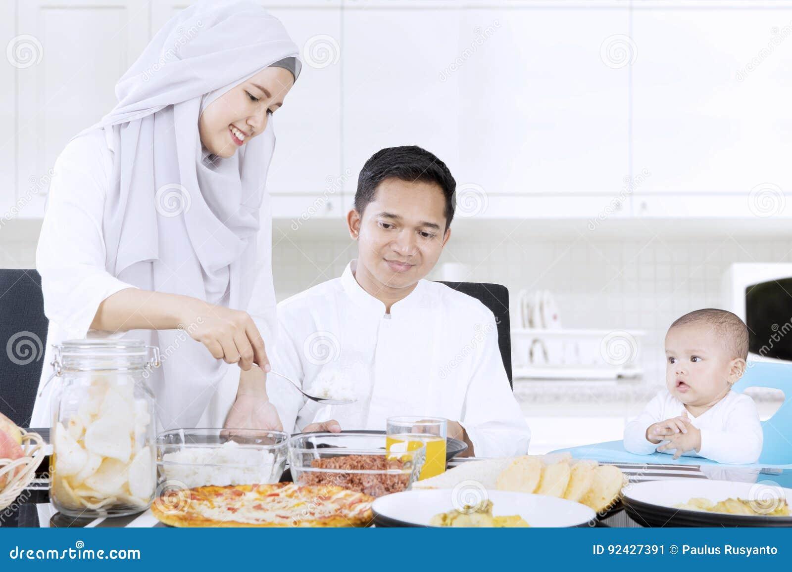 Pranzo Per Marito : Moglie musulmana che prepara pasto per la famiglia immagine stock