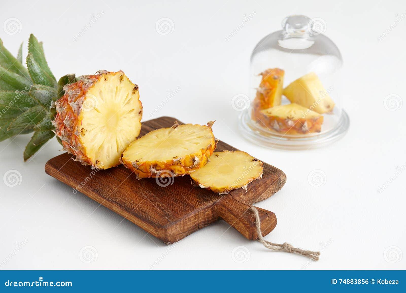 Mogna ananasstycken på en vit tabell