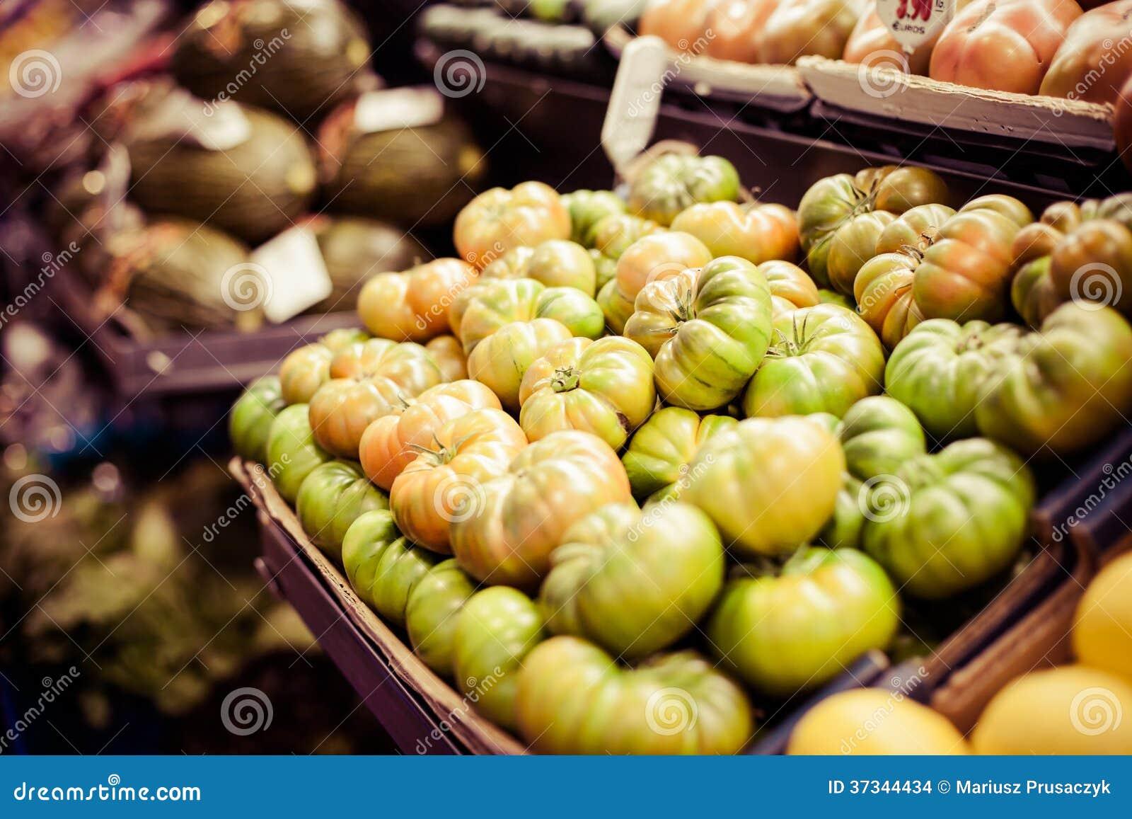 Mogna gröna tomater på marknaden
