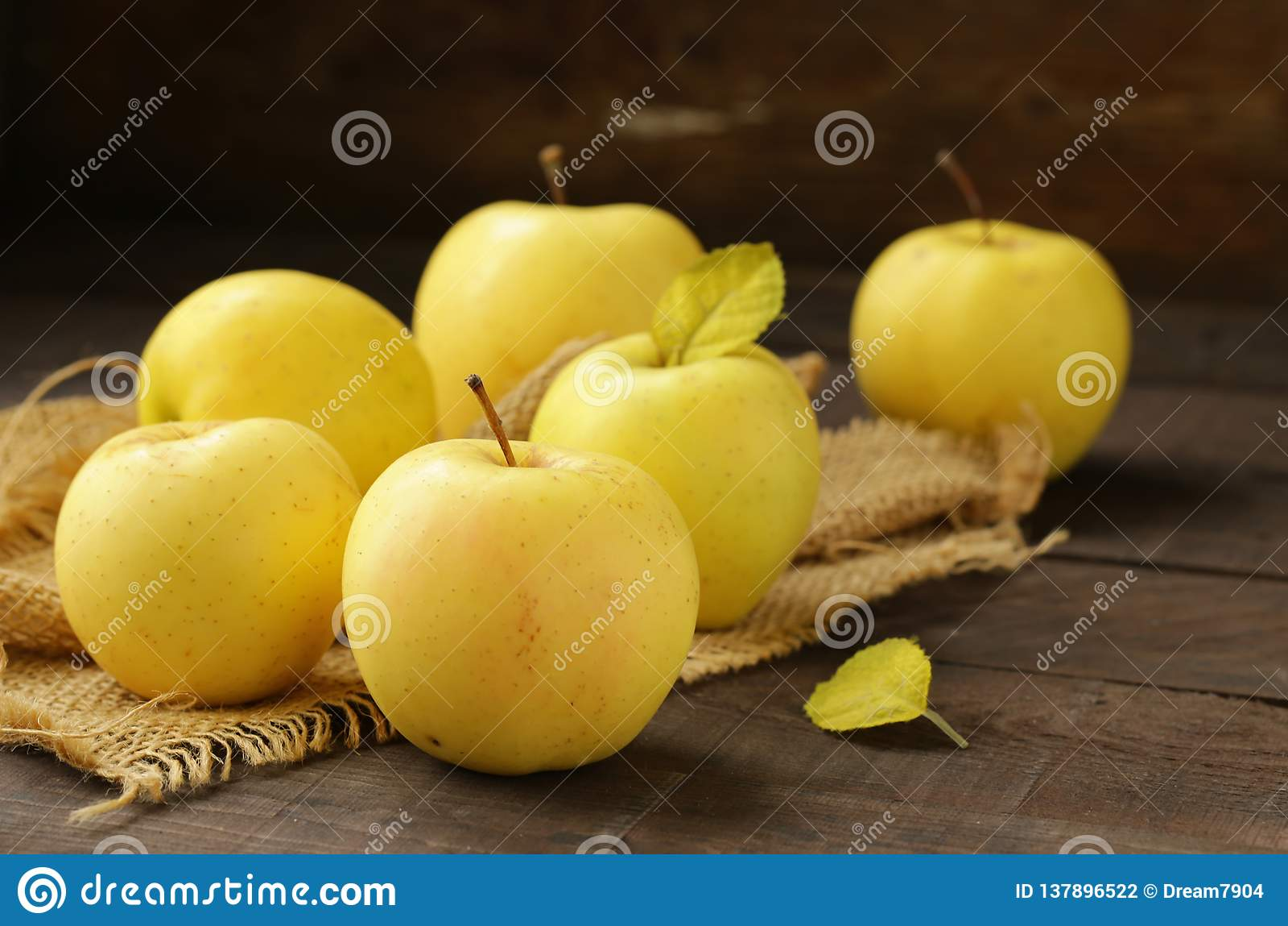 Mogna gula organiska äpplen