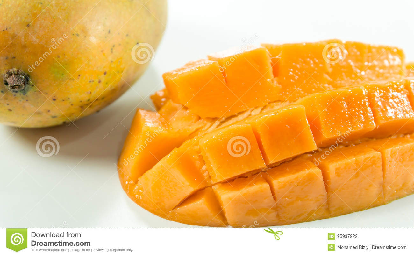 Mogna mango i den vita bakgrund/skivamango som ska ätas