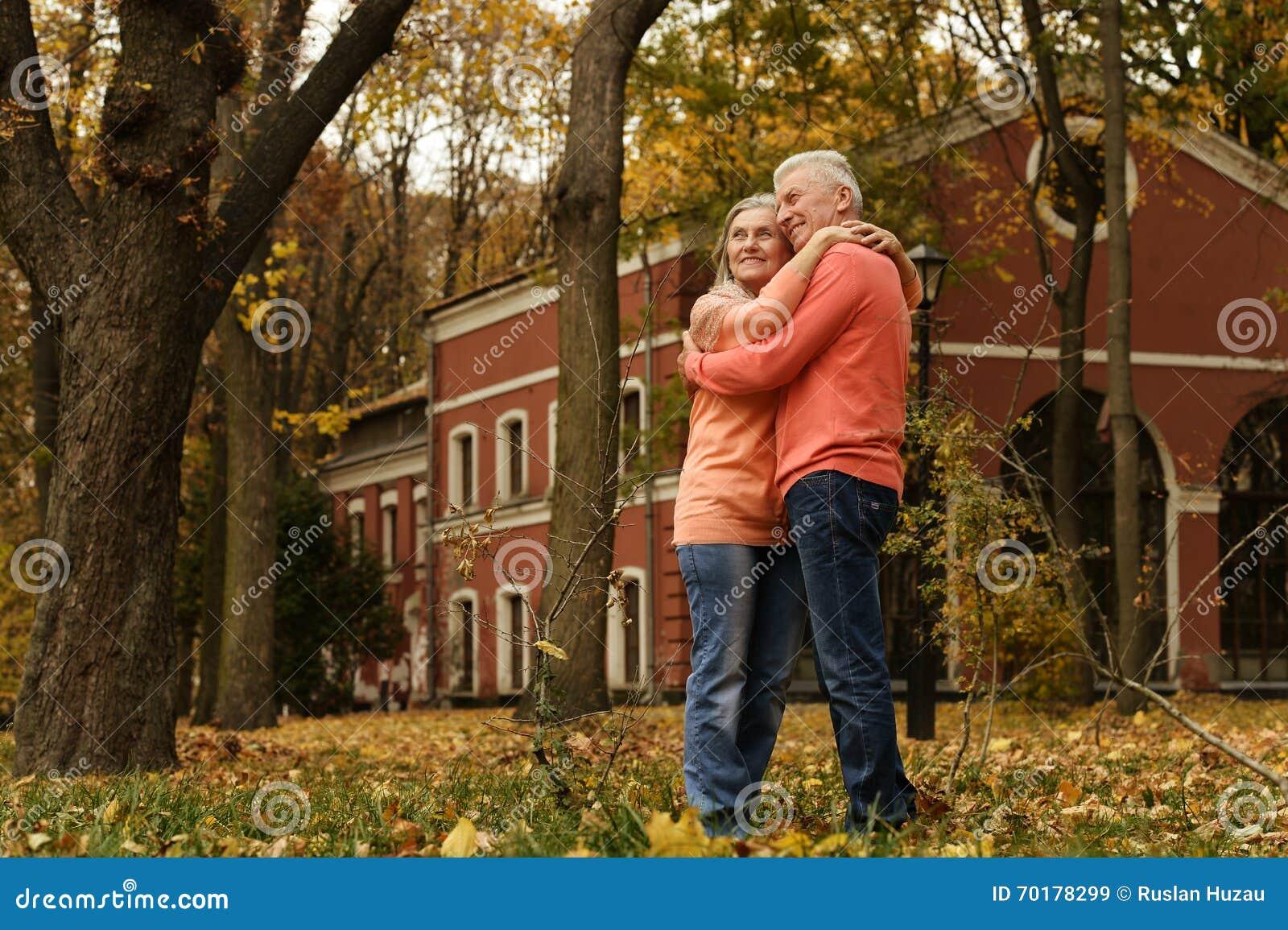 Mogna par i hösten parkerar