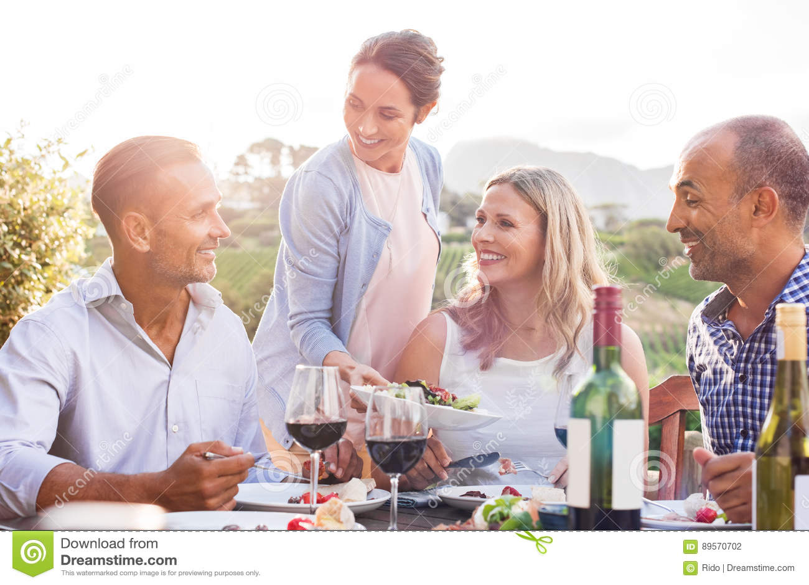 Mogna par som utomhus äter