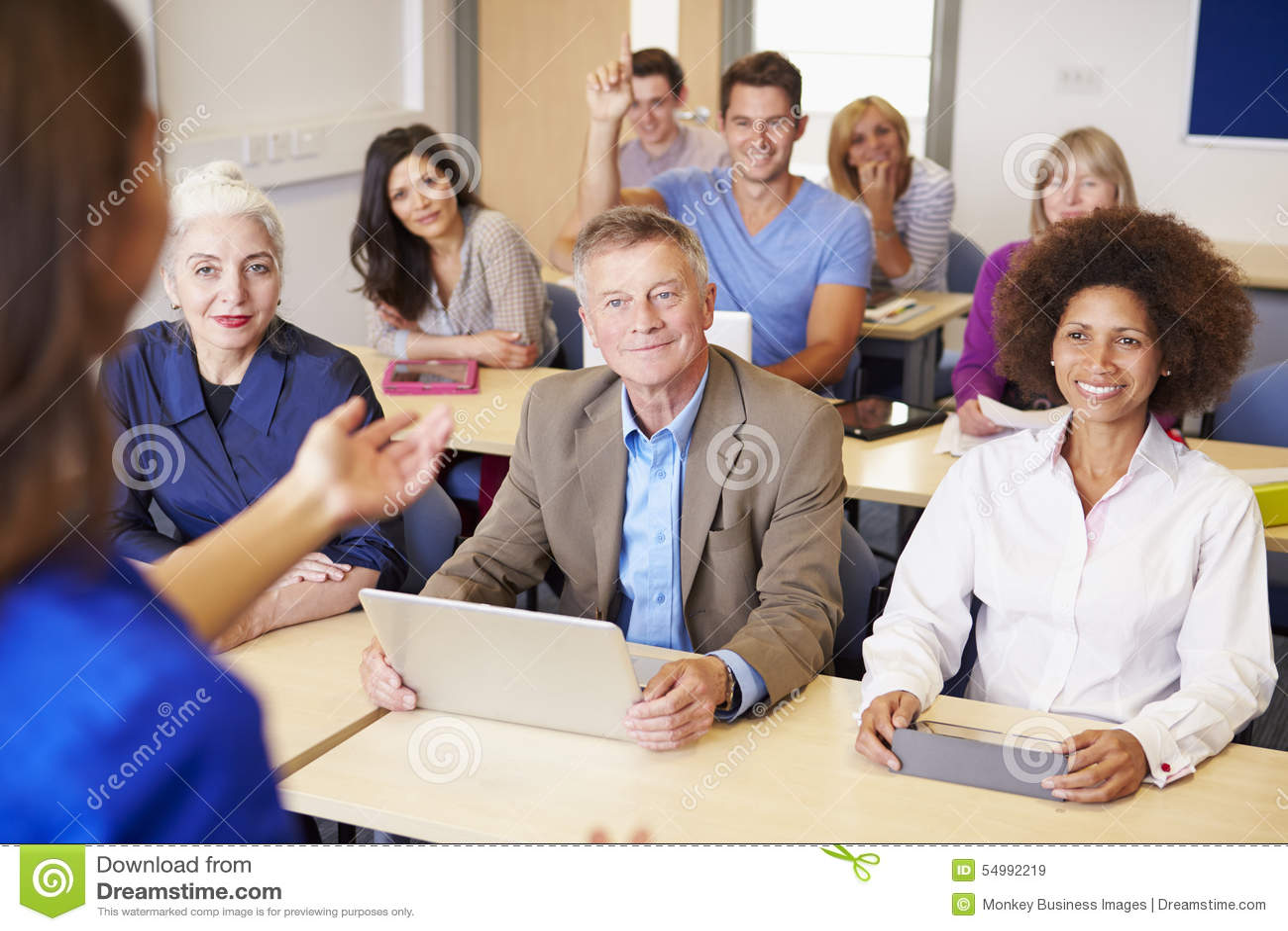 Mogna studenter i vidareutbildninggrupp med läraren
