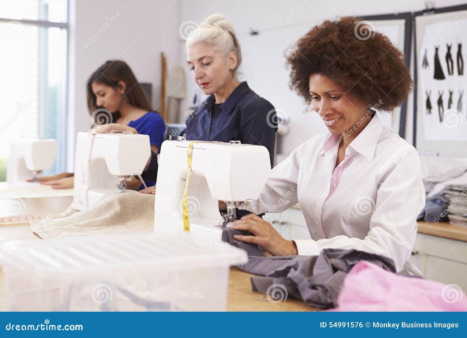Mogna studenter som studerar mode och design