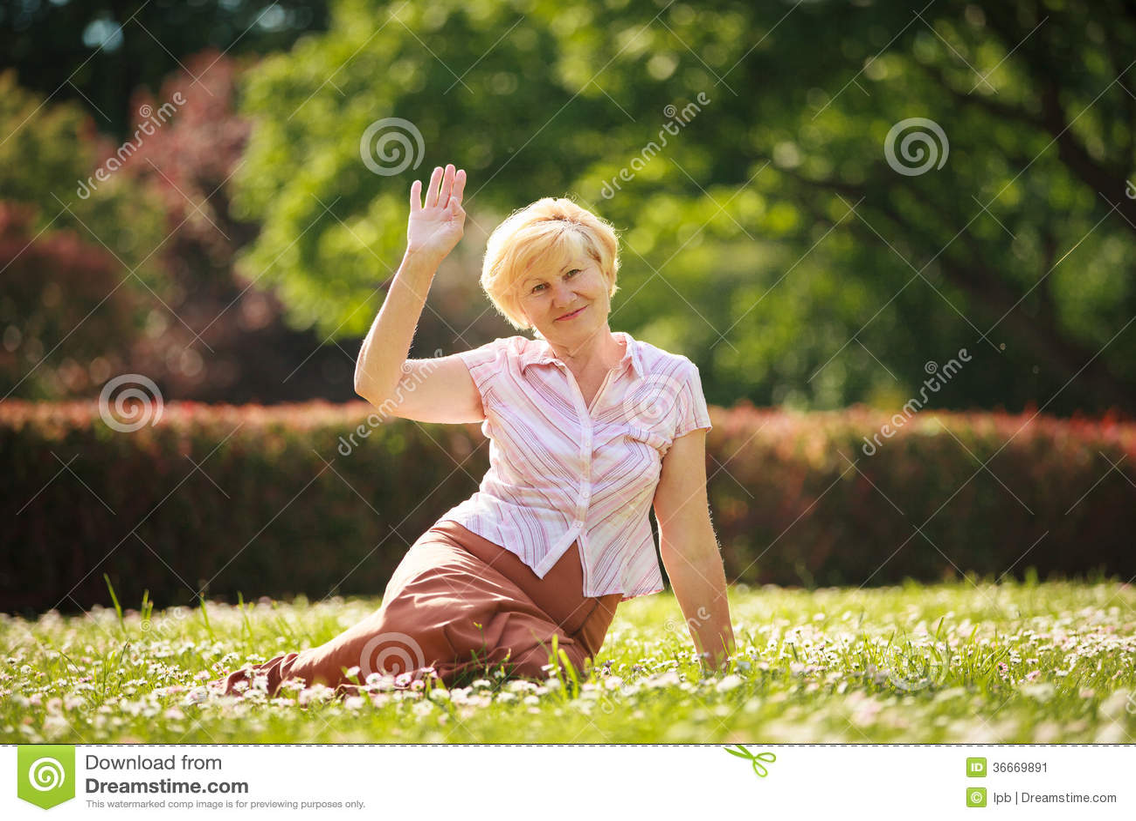 Mognad. Europeiskt kvinnasammanträde för vitt hår på gräs och hagyckel