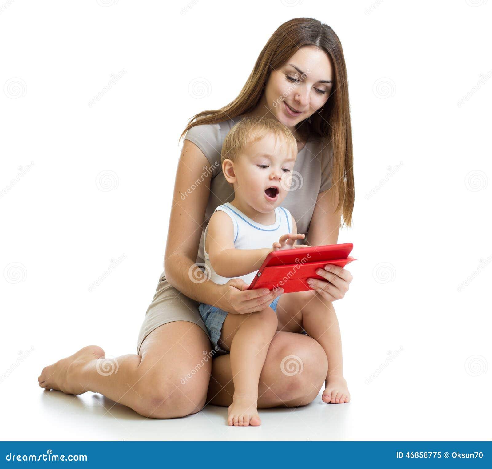 Moher en zoonsjong geitjespel met tabletcomputer