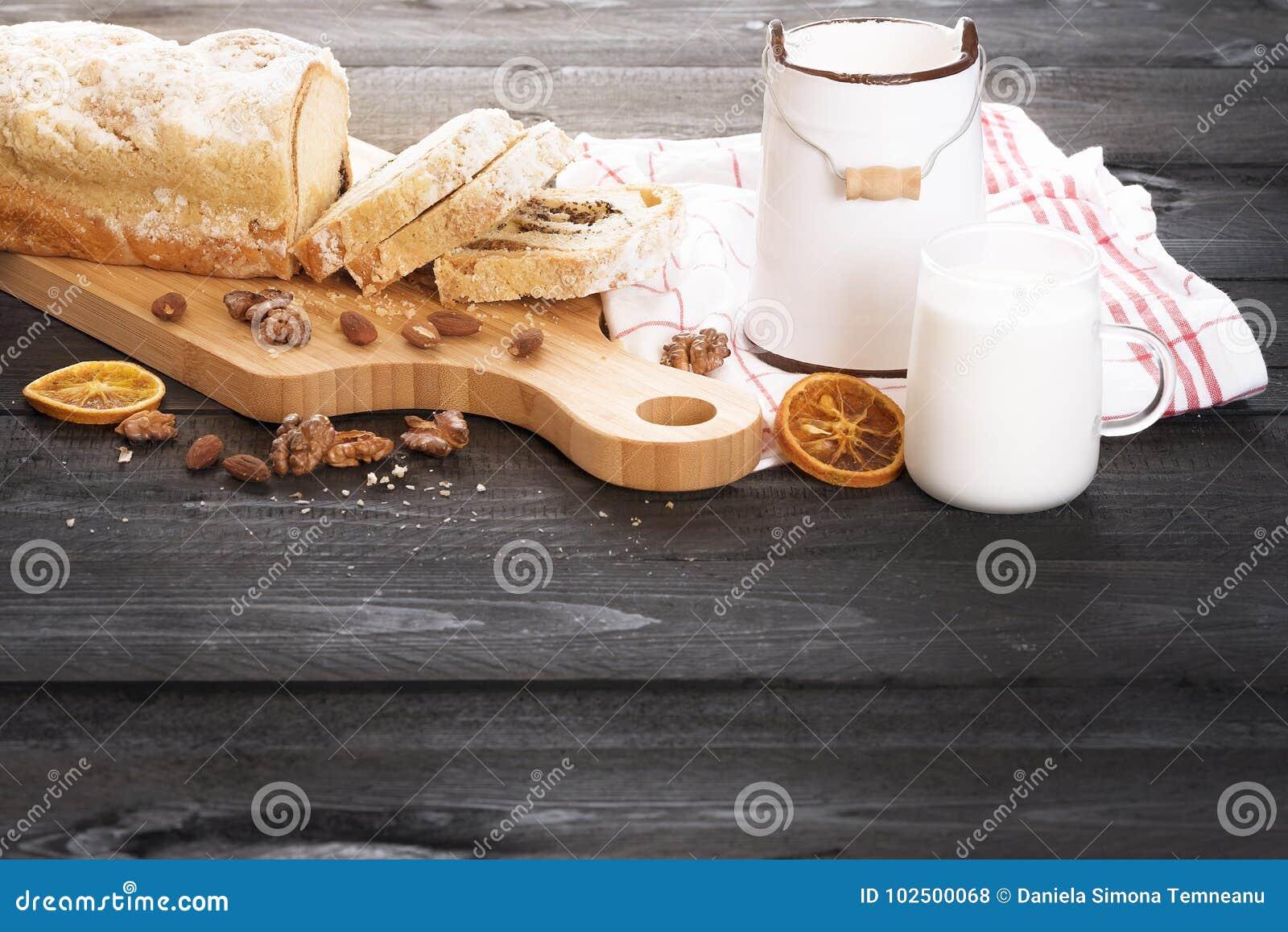 Mohnpfundkuchen und Schale Milch