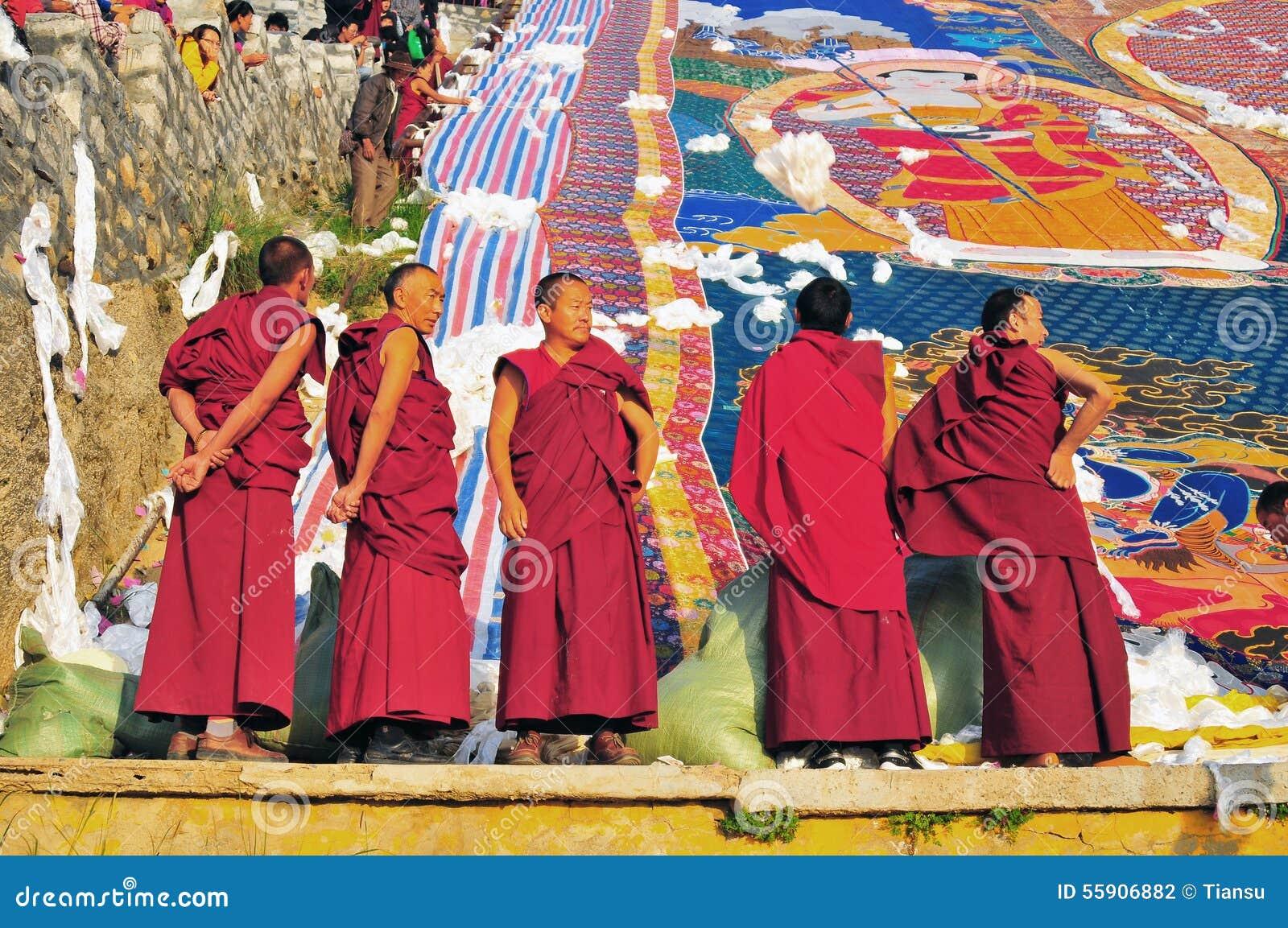 Moines au Tibétain Sho Dun Festival célébré à Lhasa