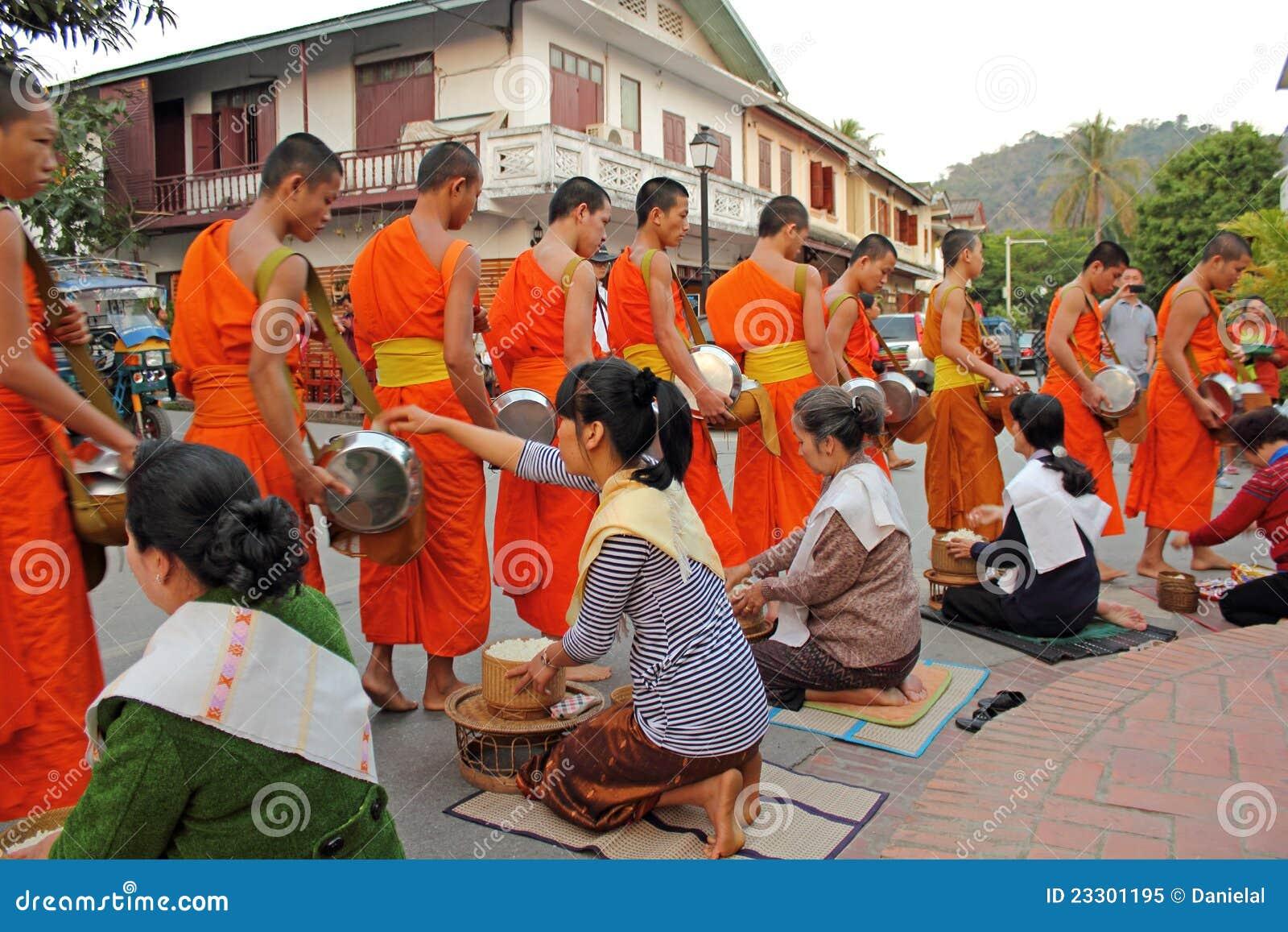 Moines bouddhistes rassemblant l aumône