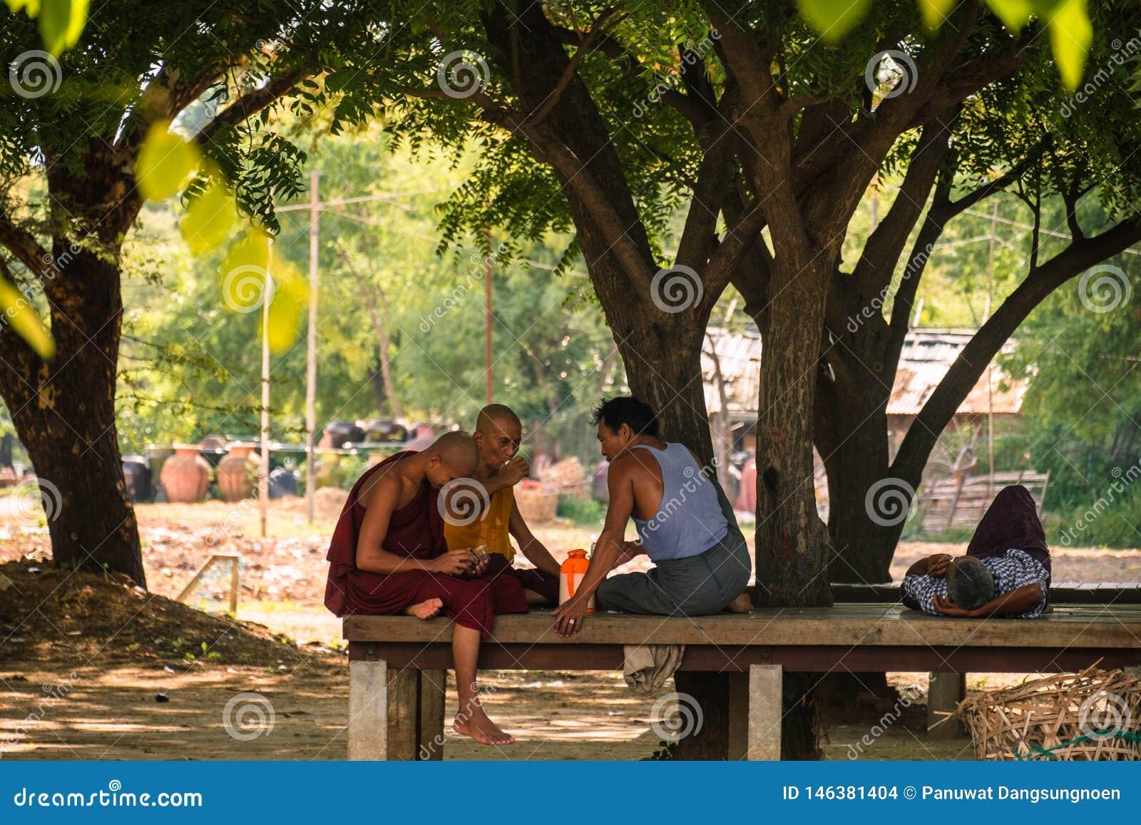 Moines et les gens prenant sous l arbre Bagan, Myanmar, le 11 ao?t 2018