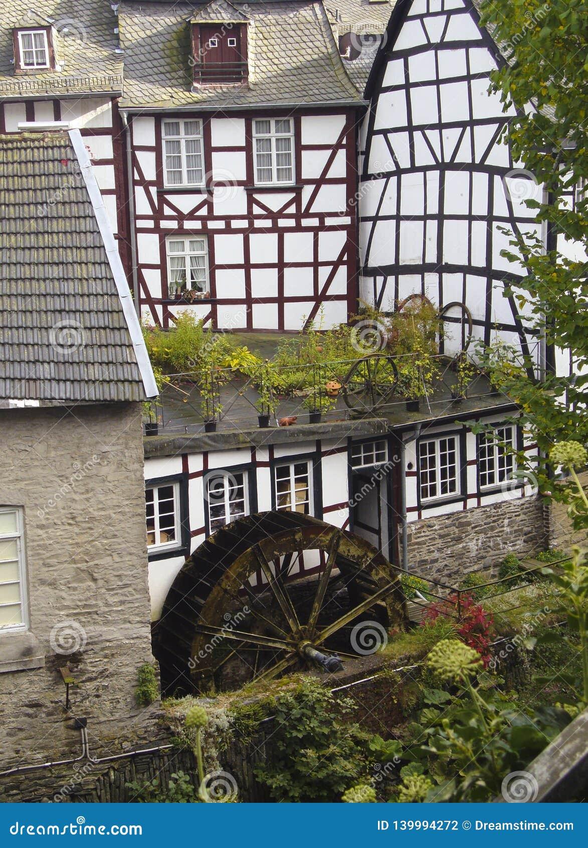 Moinho de água histórico em Monschau, Alemanha