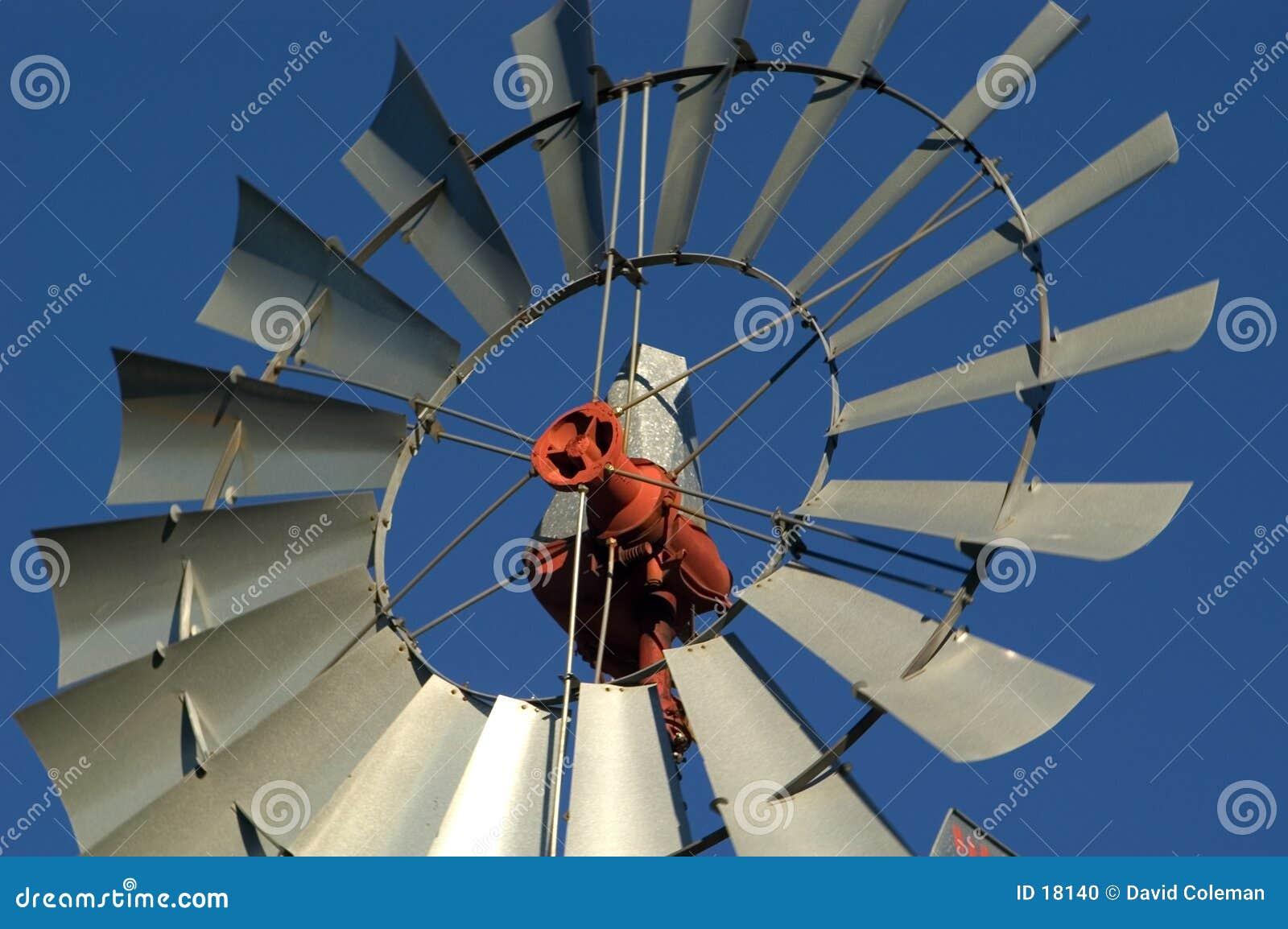 Moinho de vento da exploração agrícola, fim acima