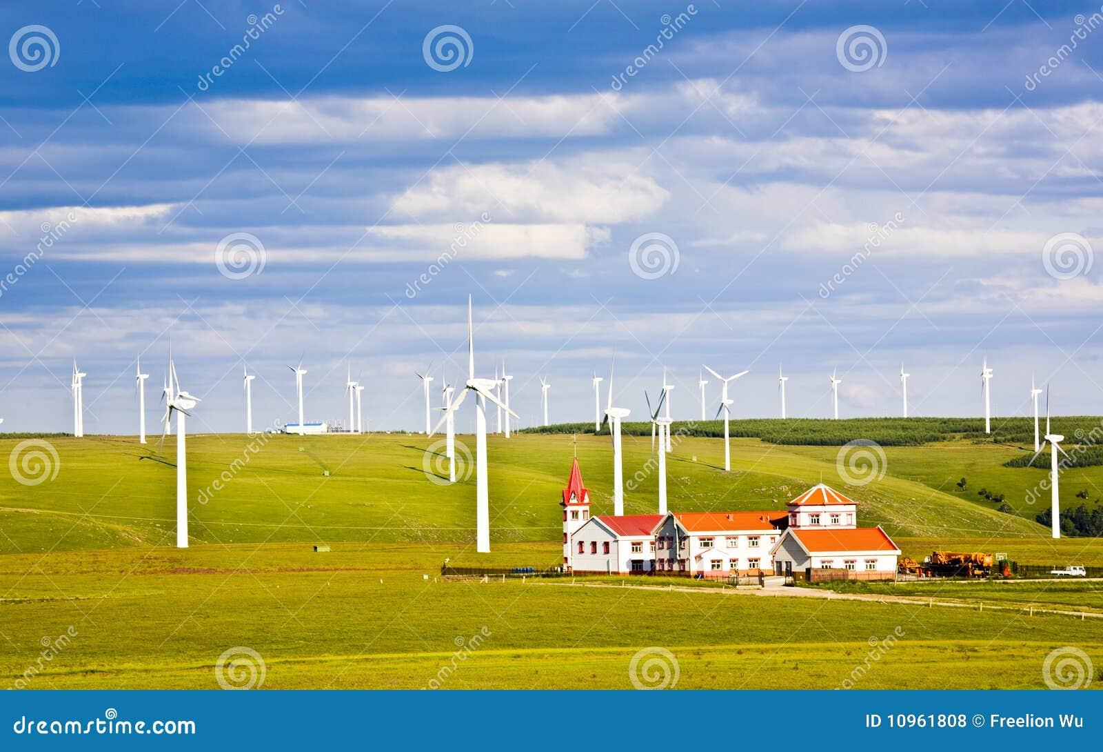 Moinho de vento e casa na pastagem