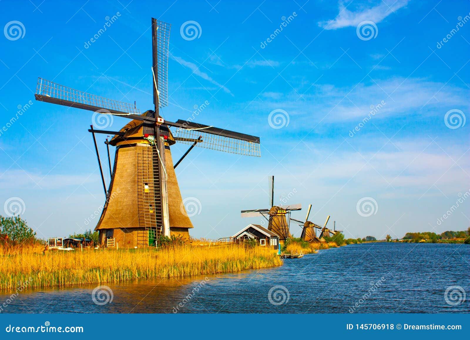 Moinho de vento em Kinderdijk - dia ensolarado bonito