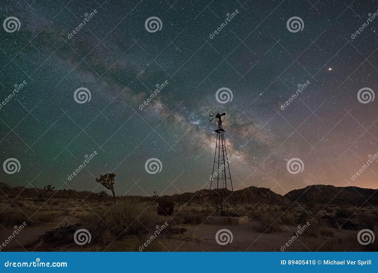 Moinho de vento velho na noite em Joshua Tree
