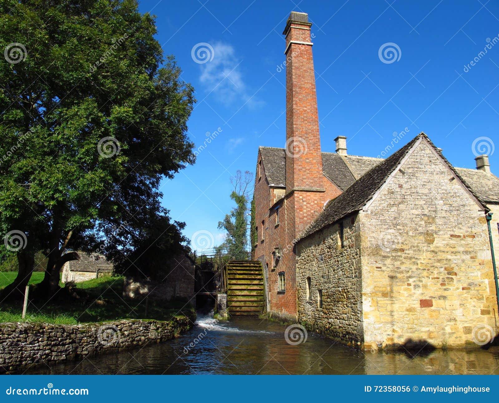 Moinho e córrego de água da vila da chacina de Cotswolds Inglaterra mais baixos