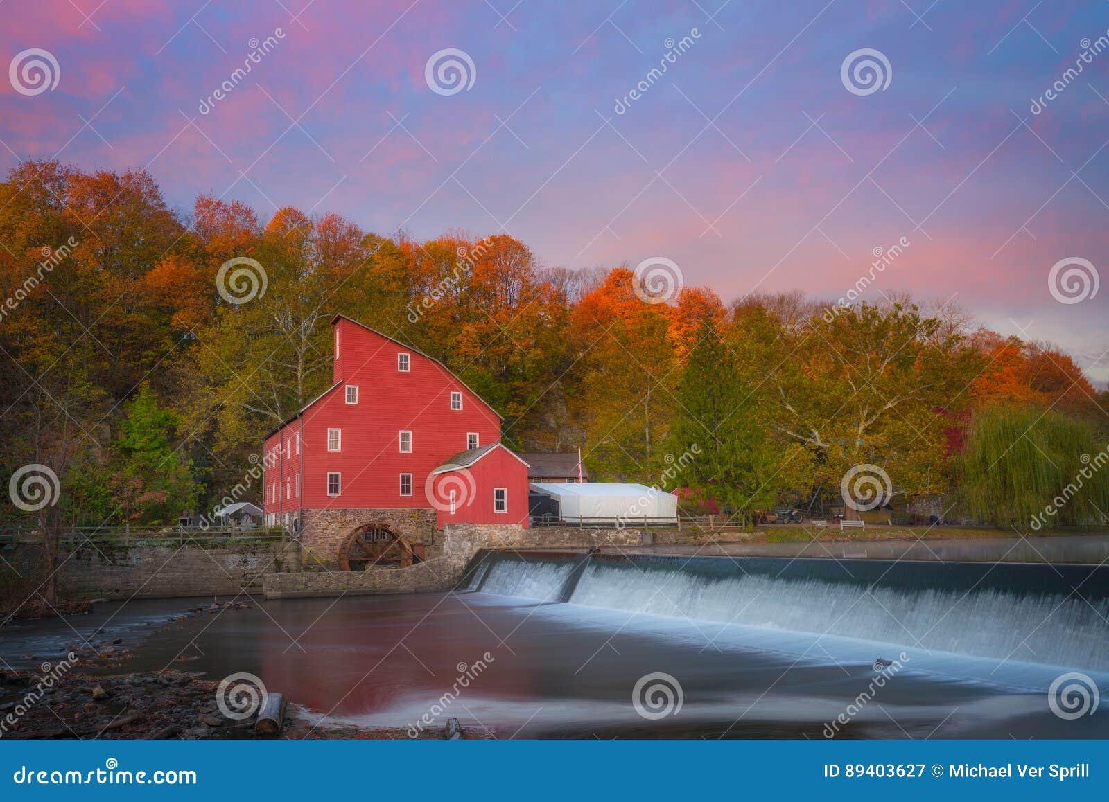 Moinho vermelho Autumn Sunrise