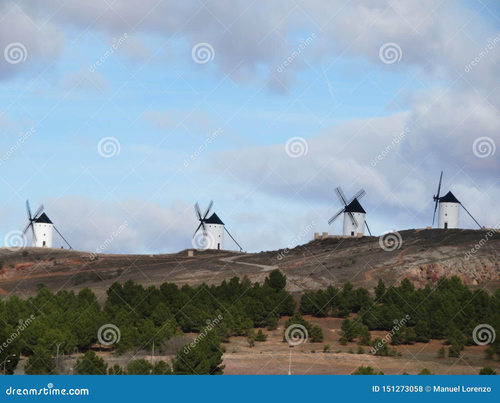 Moinhos de vento bonitos muito velhos e que descreve uma paisagem muito espanhola