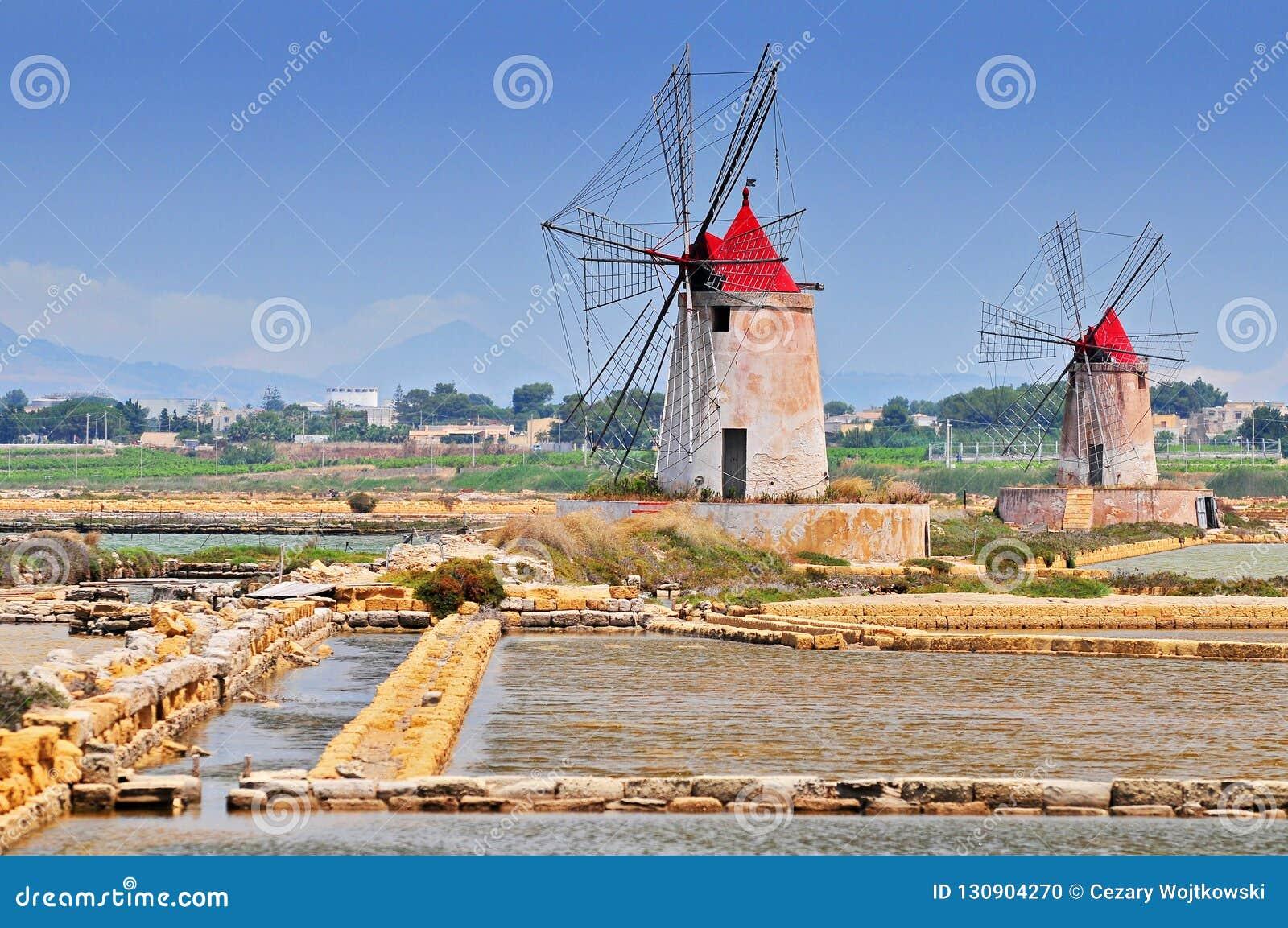 Moinhos de vento e as lagoas do sal da Europa a mais velha em Sicília Itália