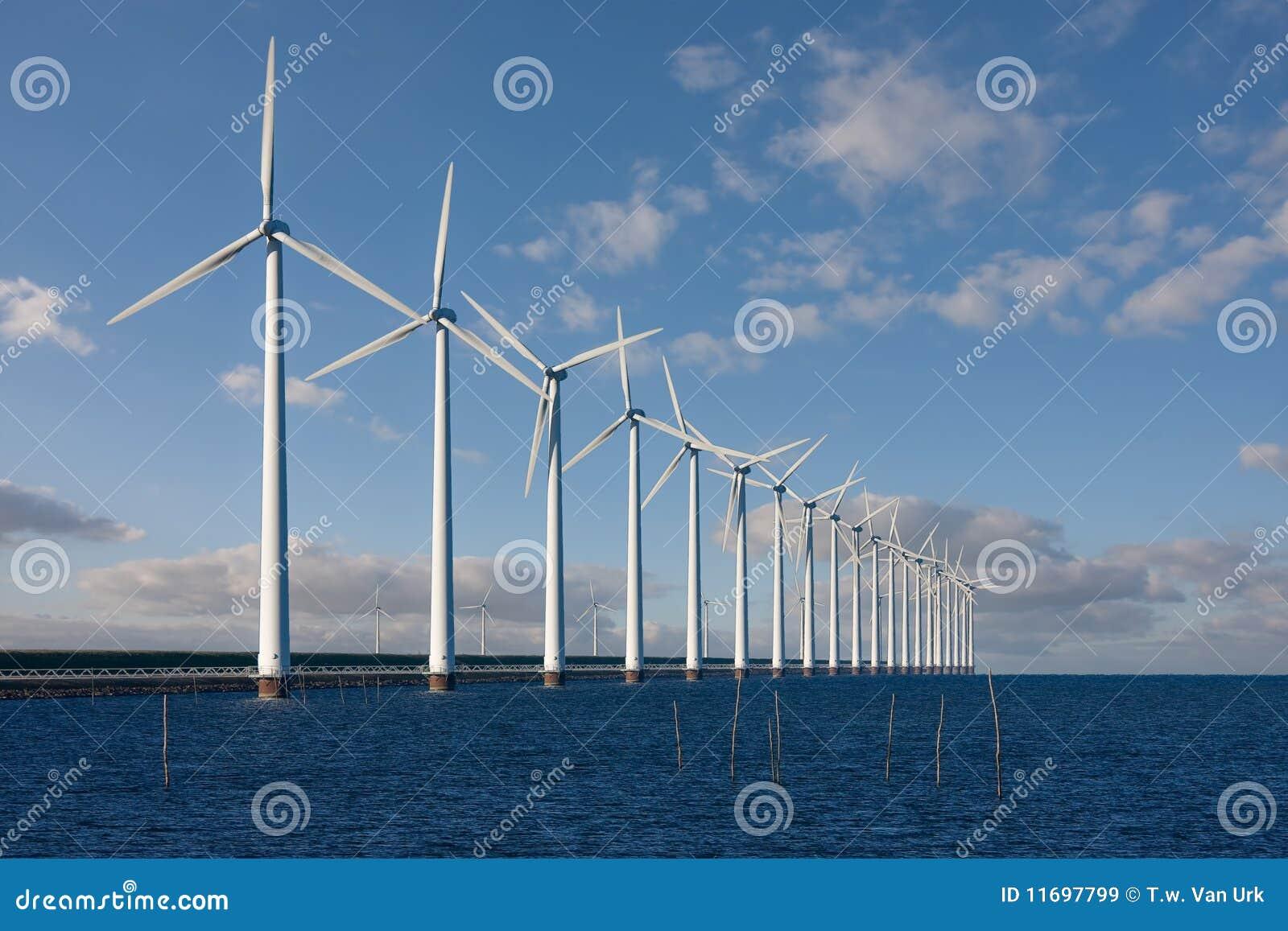 Moinhos de vento enormes que estão no mar