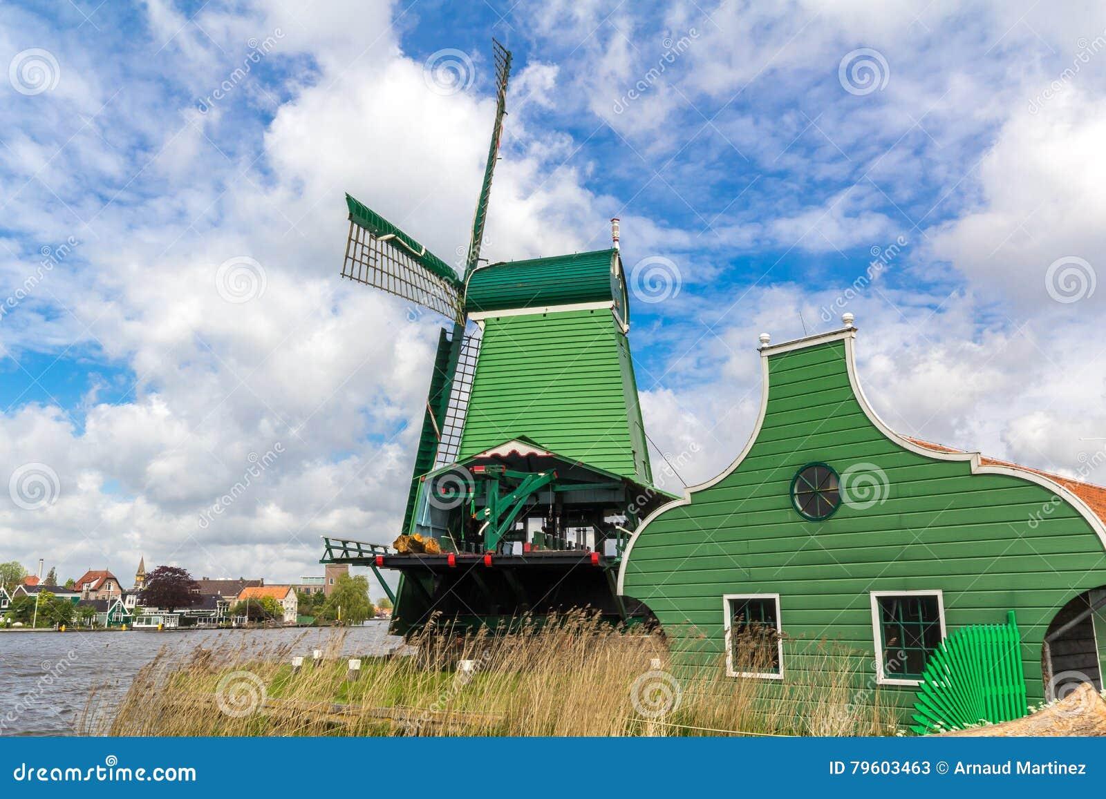 Moinhos de vento holandeses tradicionais em Zaanse Schans, Amsterdão