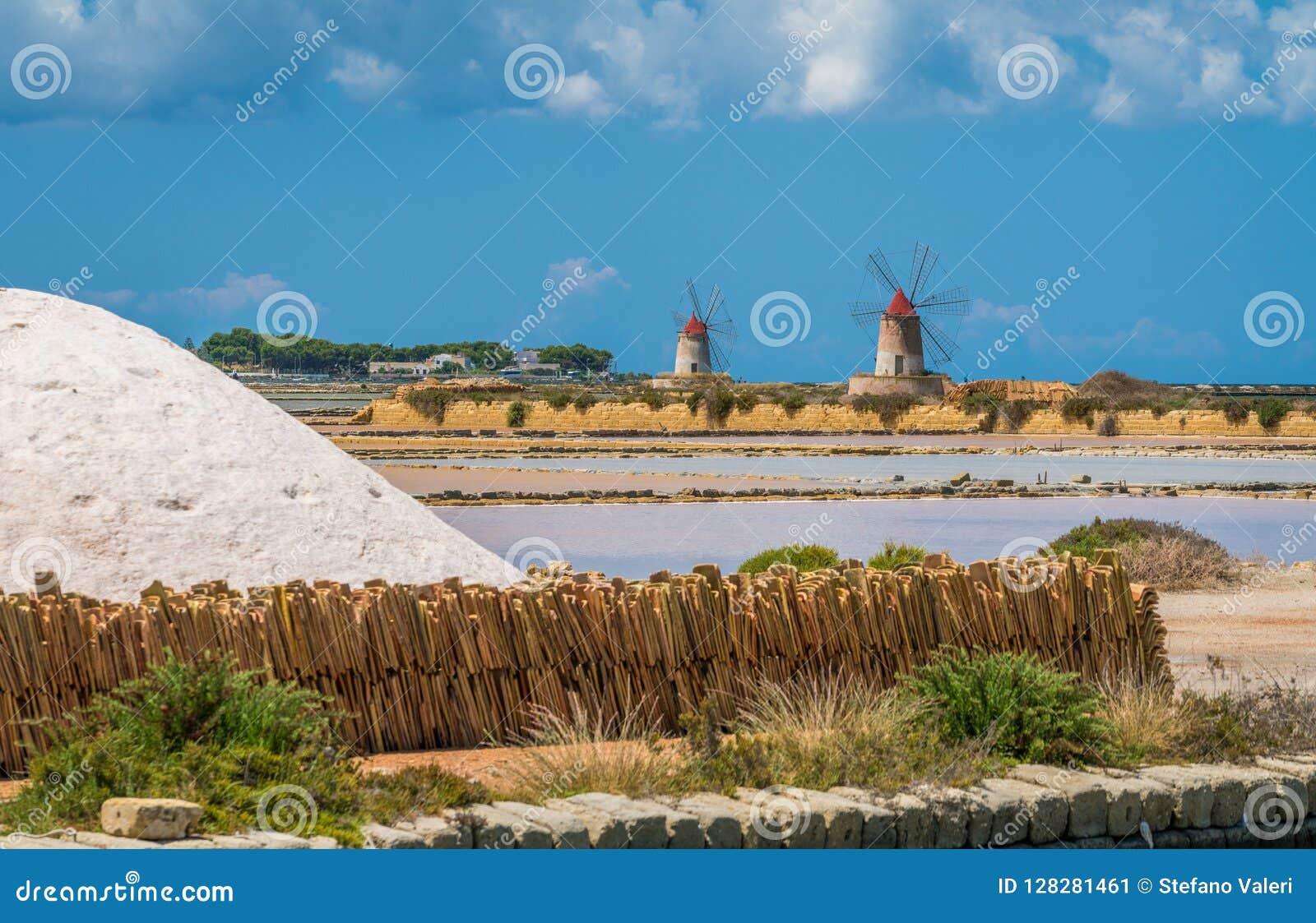 Moinhos de vento na reserva natural do ` salino de Stagnone do dello do ` perto do Marsala e do Trapani, Sicília