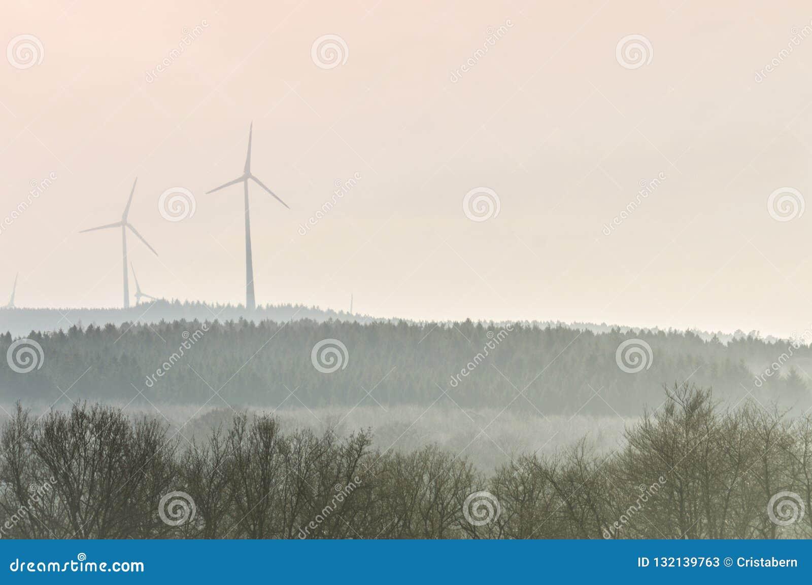 Moinhos de vento que colhem energias eólicas