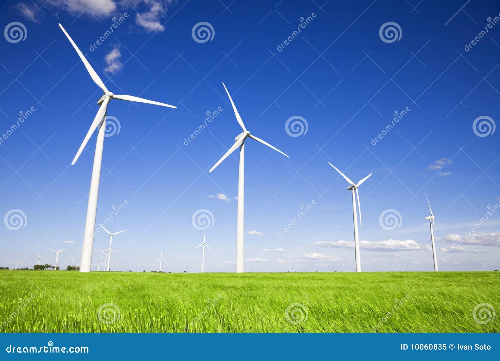 Moinhos de vento sobre campos verdes
